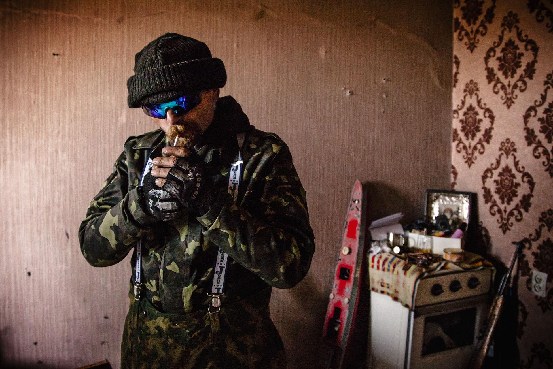 Un soldado separatista enciende un cigarro durante su guardia