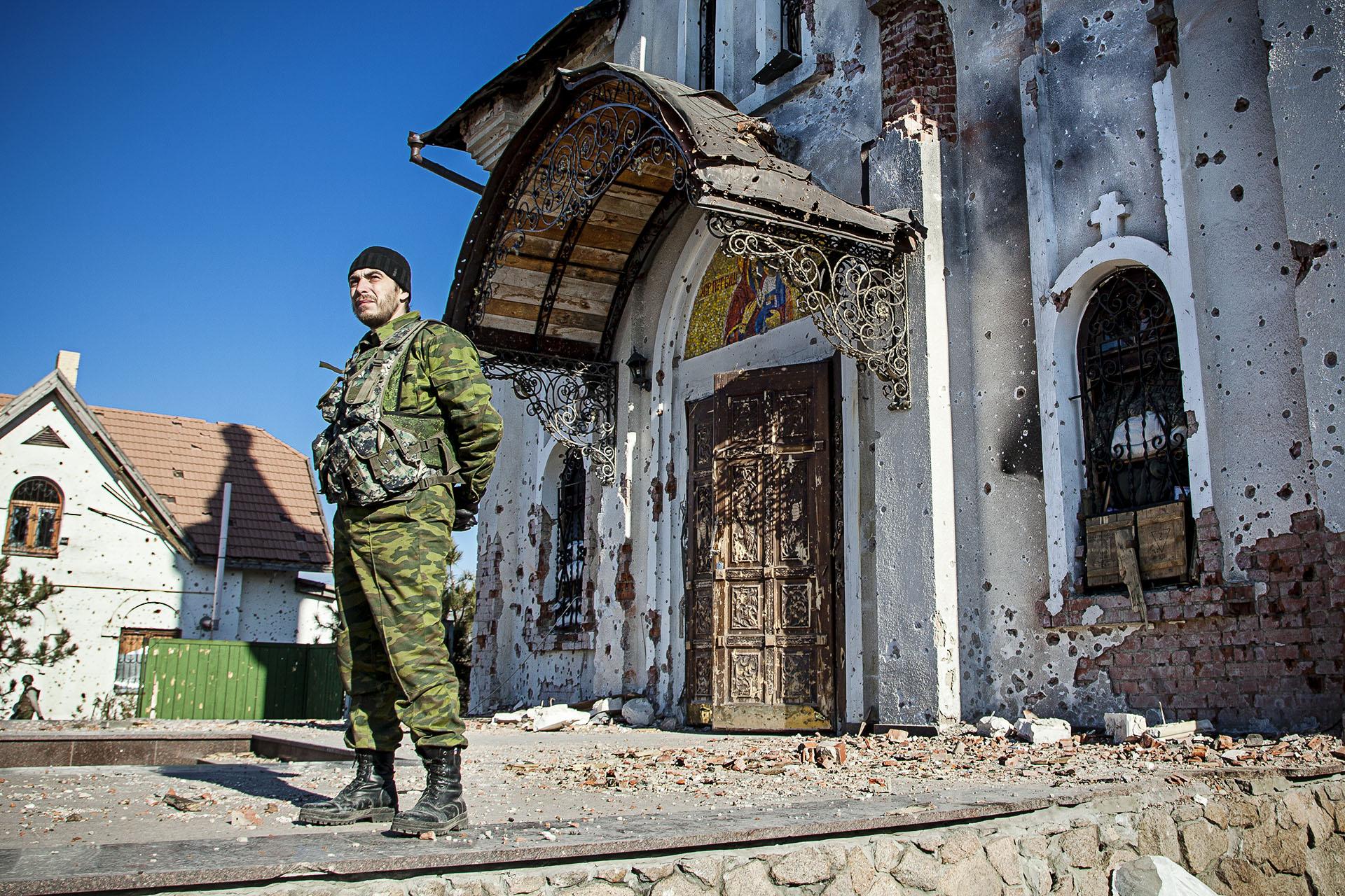 La iglesia próxima al aeropuerto quedó muy dañada por los enfrentamientos