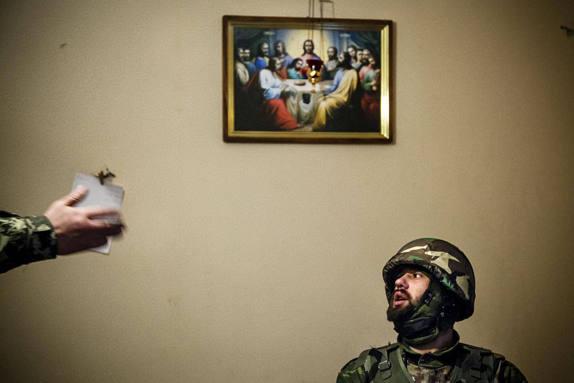 Un soldado se prepara antes de salir a cubrir su posición