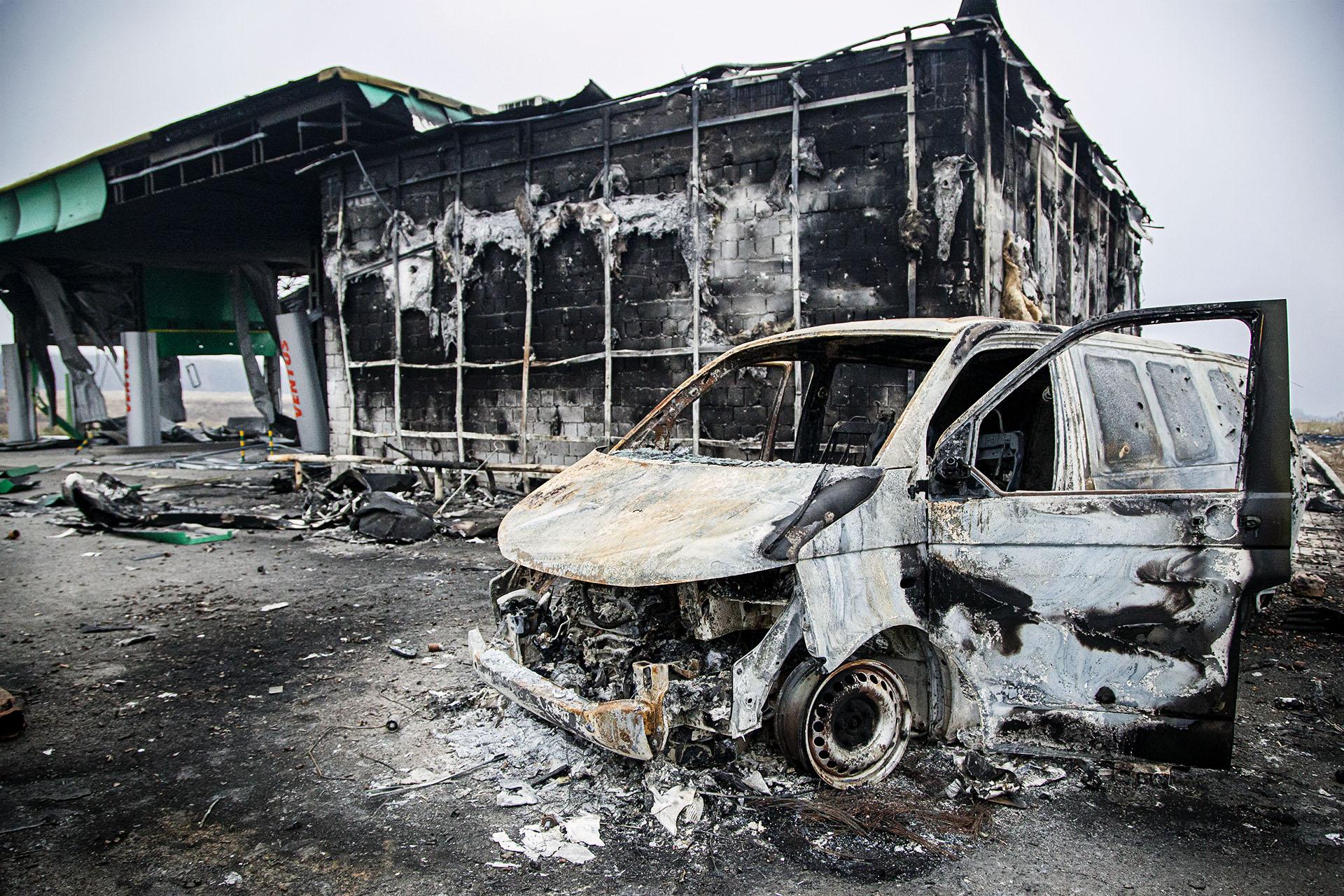 Una gasolinera próxima a Donetsk, destruída por los enfrentamientos