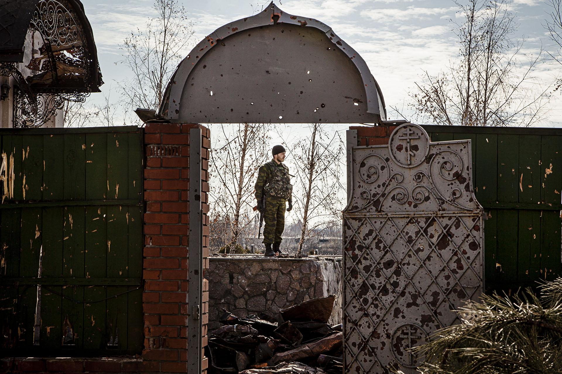 Un soldado proruso cubre su posición