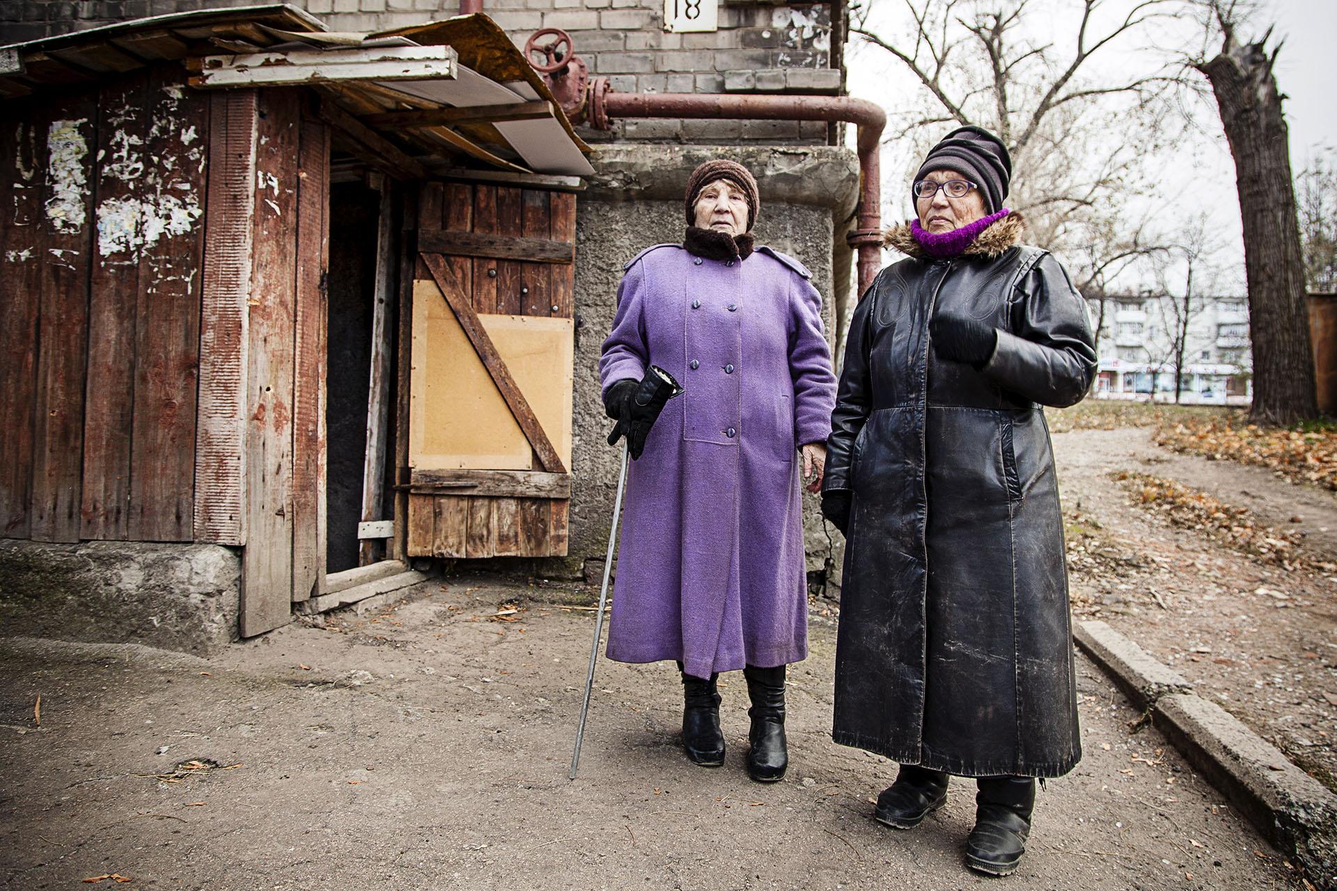 Otros, como Alksandra y Zinaida, no pueden huir de la zona y  malviven en los sótanos de sus casas por miedo a los bombardeos