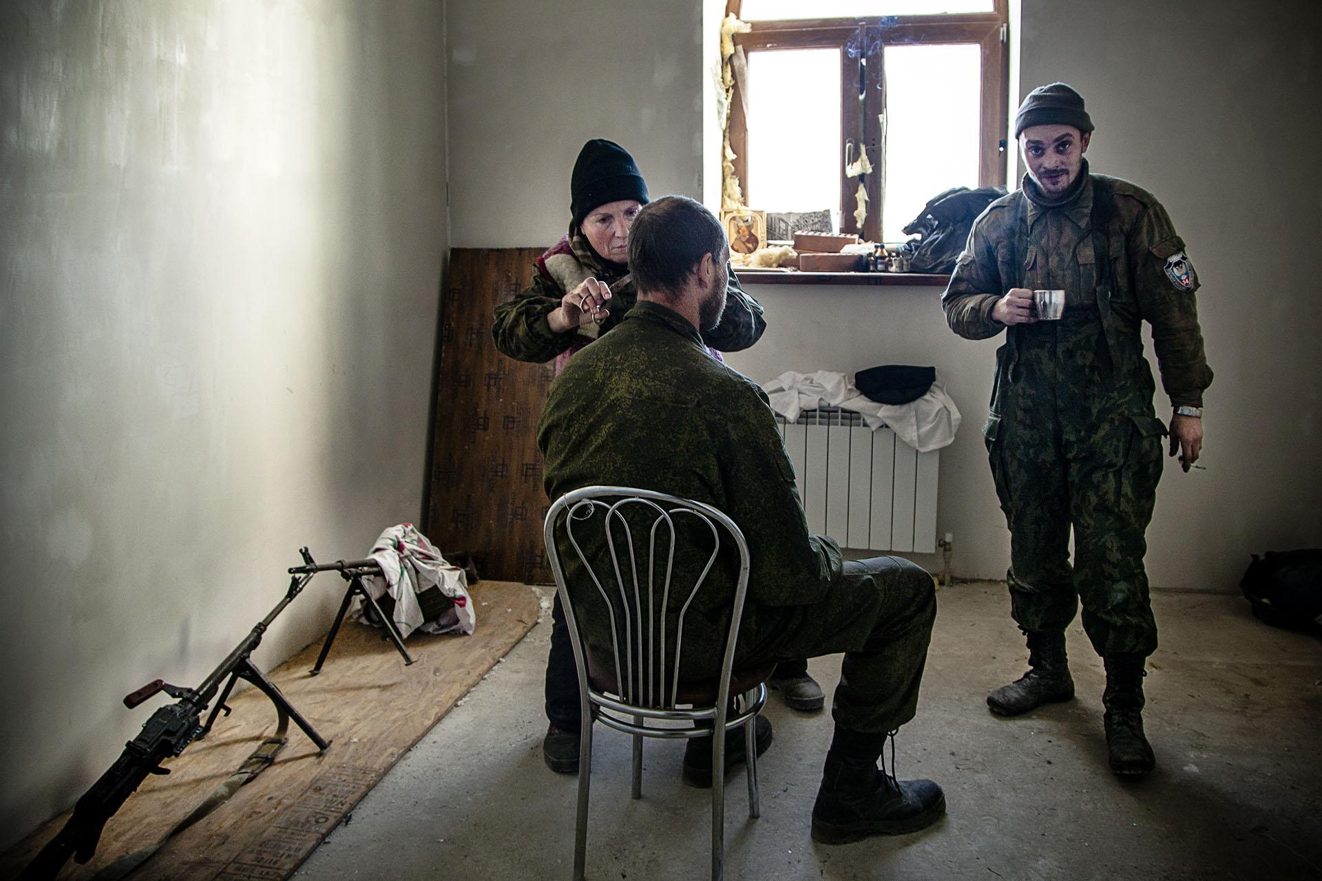 Las tropas pasan el tiempo como pueden entre combate y combate