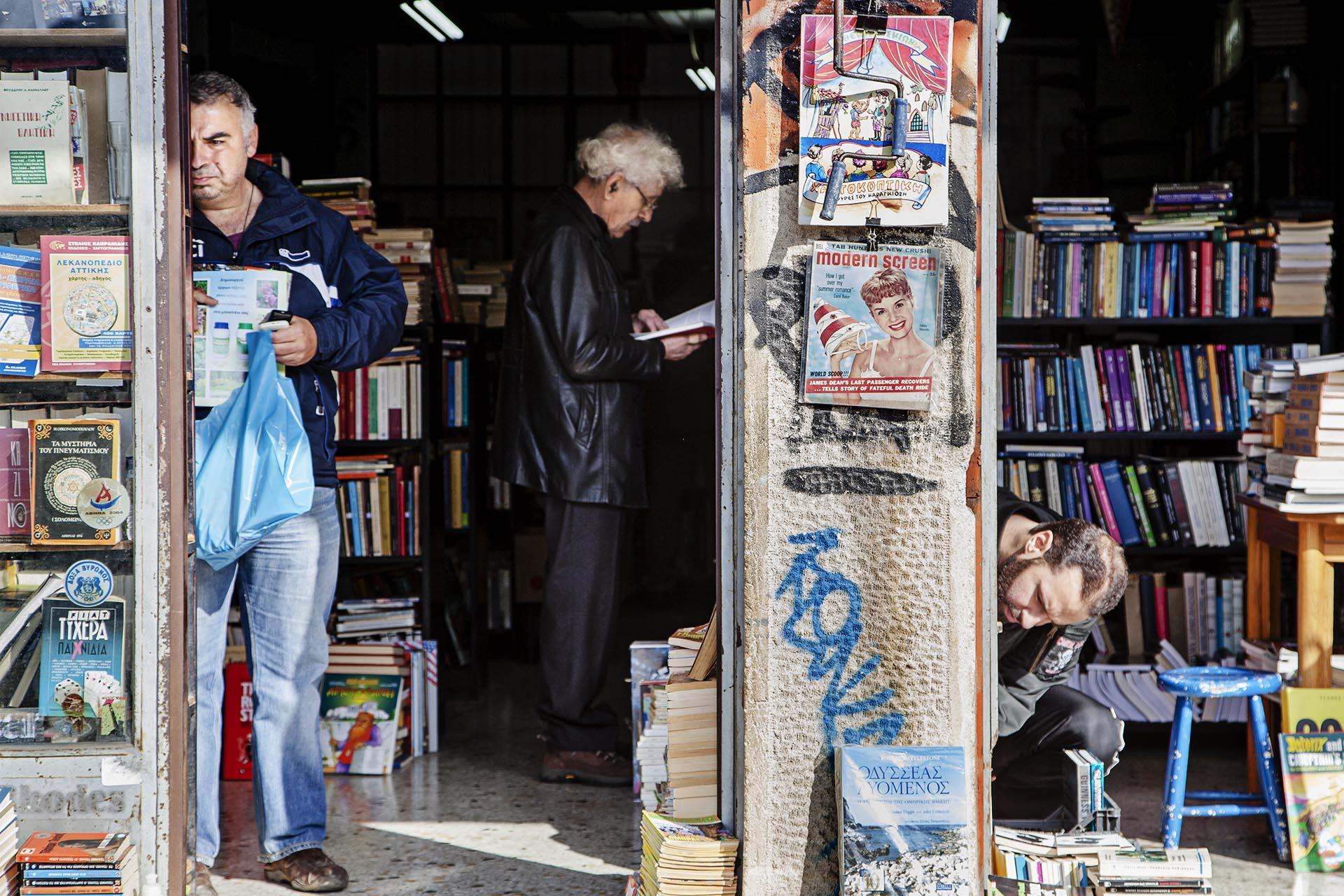 La lectura es uno de los pocos placeres de los atenienses con los que no ha podido la crisis