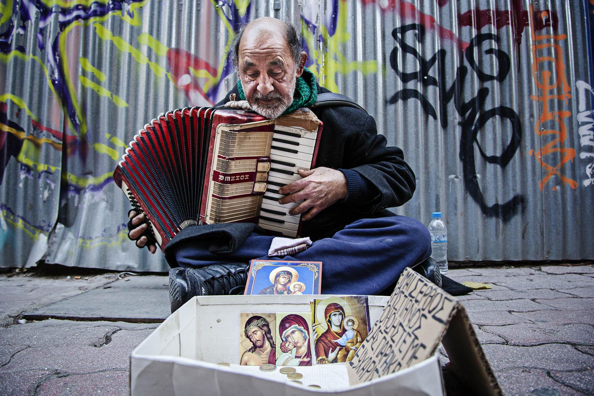 Un hombre pide limosna en una céntrica calle de Atenas
