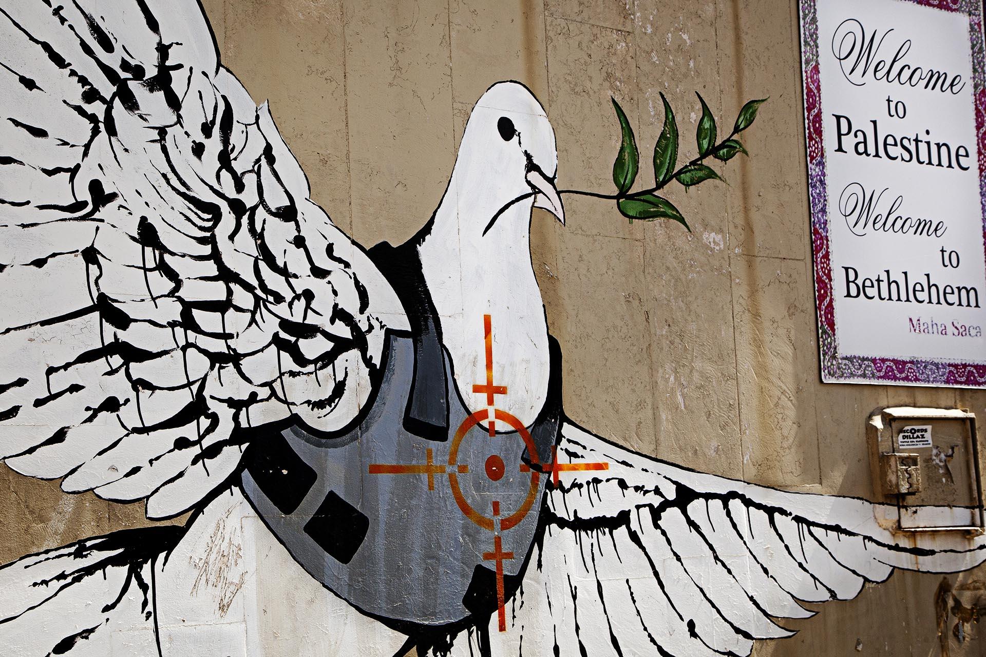 Mural del artista urbano Banksy a la entrada de Bethlehem