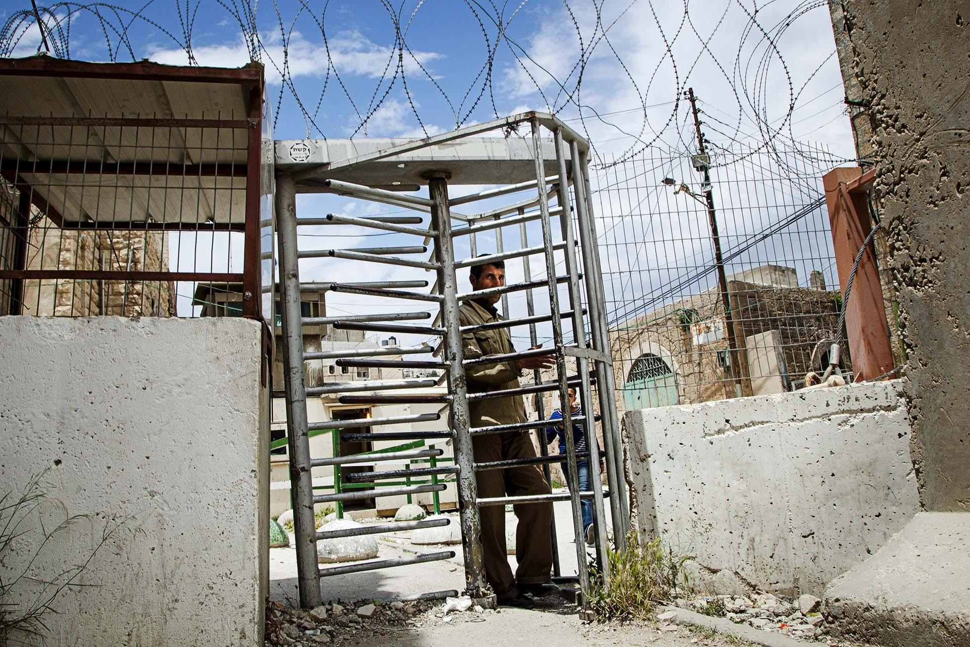 La gran mayoría de la población palestina que vivía en el centro de Hebrón se vio obligada a abandonar sus hogares. Los que se quedan están sometidos a estrictas normas de seguridad diarias