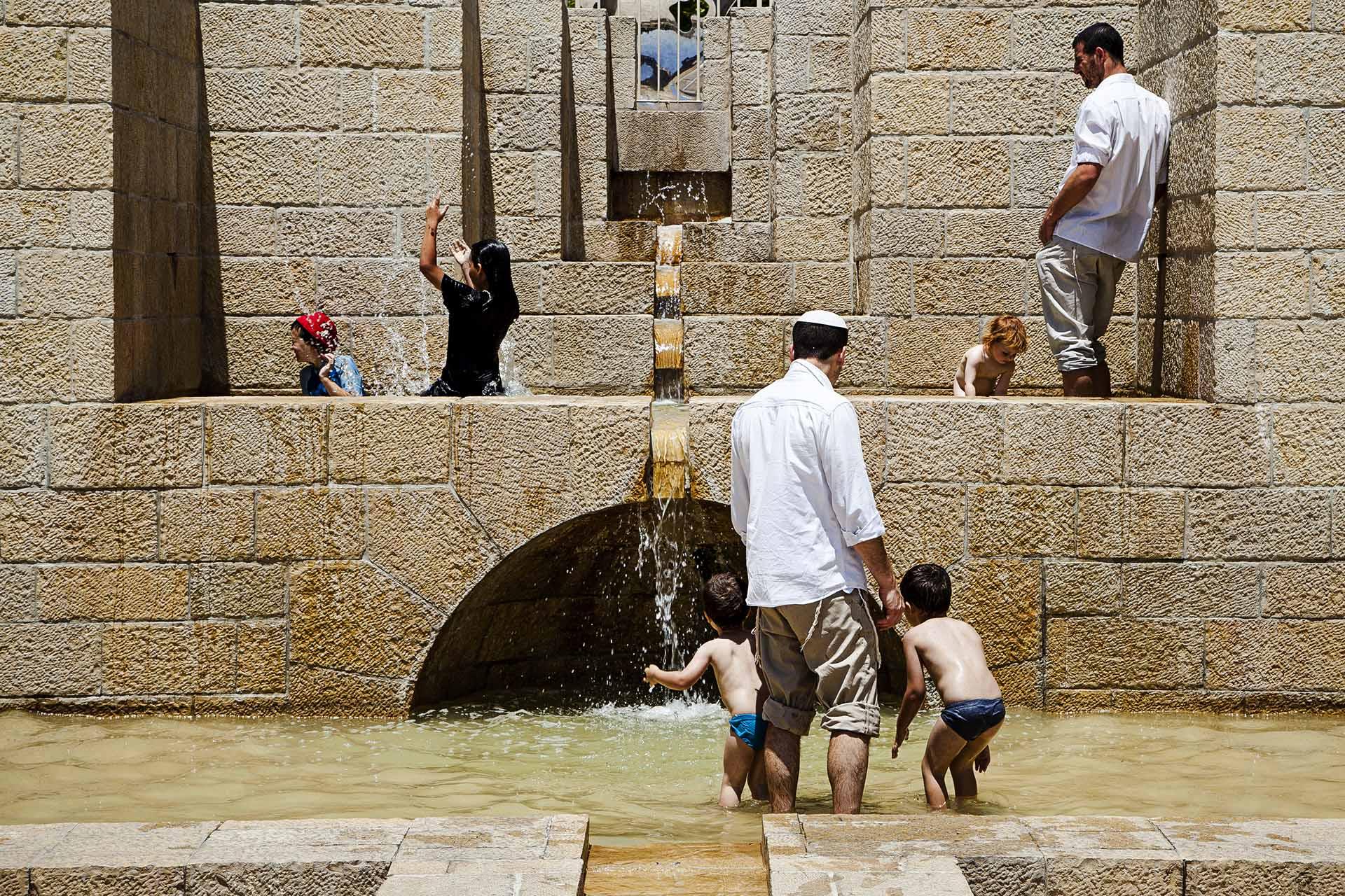 Una familia judía juega en un parque céntrico de Jerusalem.