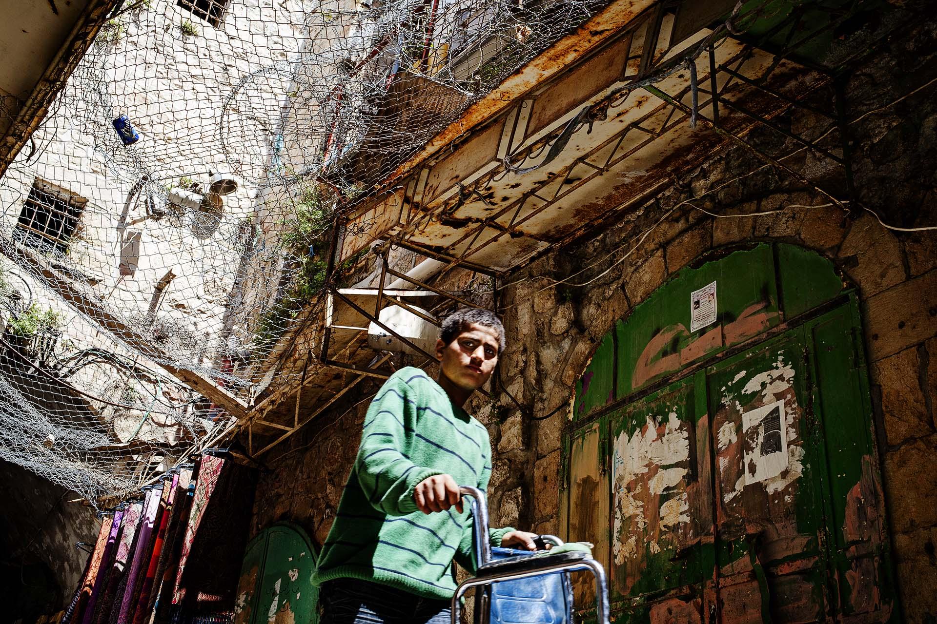 Algunas calles del centro de Hebrón están protegidas por alambre debido a que los colonos judíos lanzan piedras y otros objetos