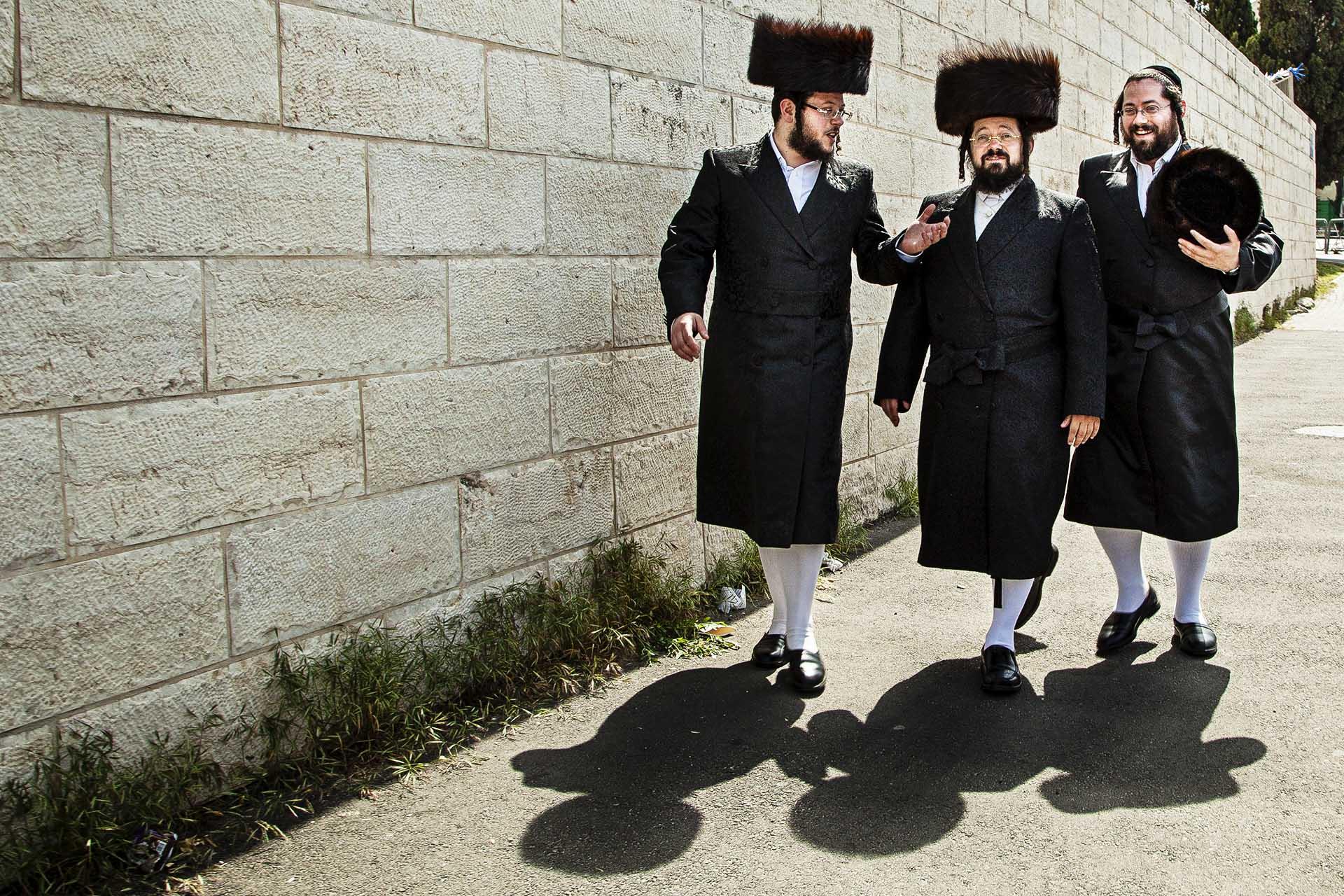 Tres ultraortodoxos judíos pasean durante su día sagrado (Sabbath)