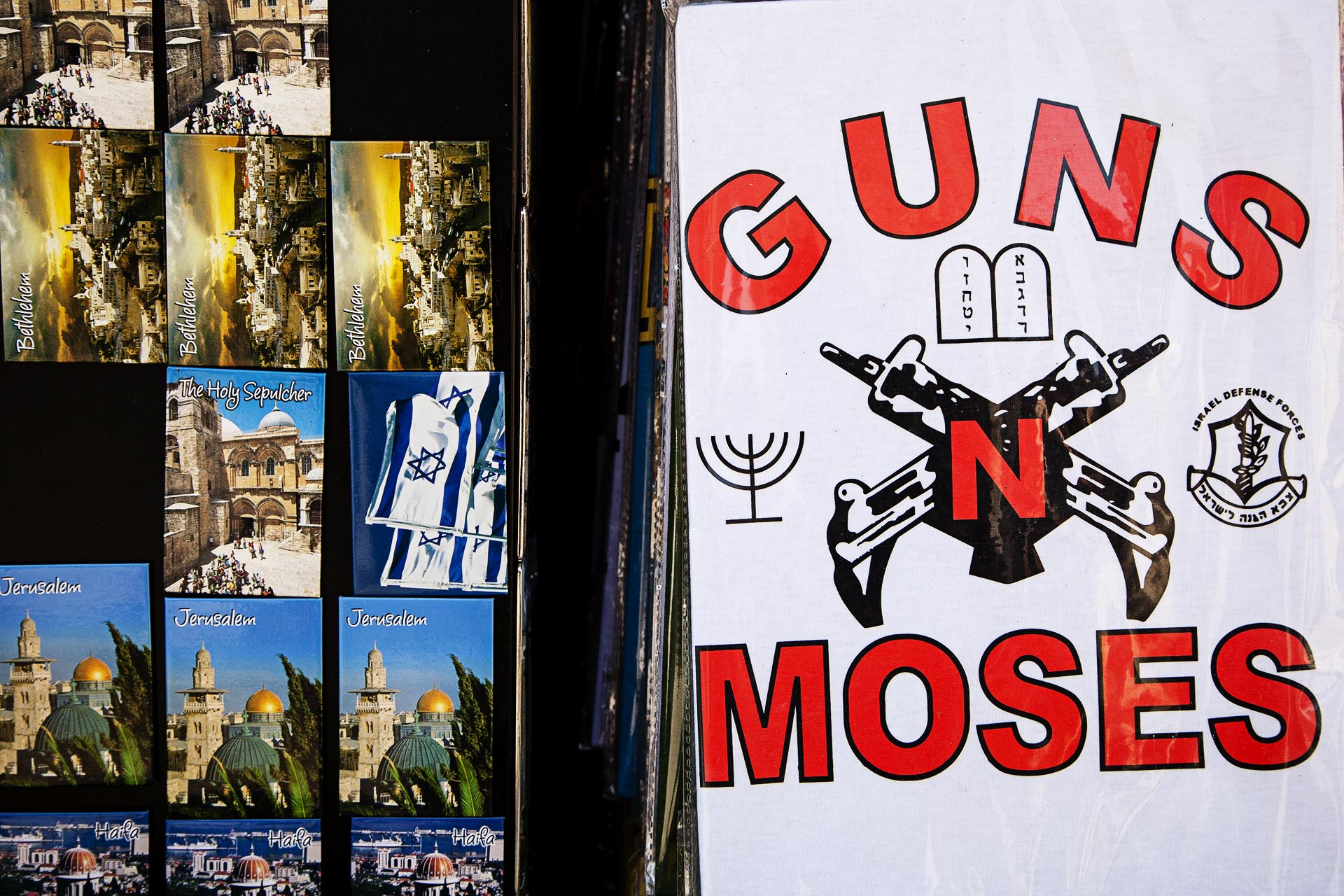 La militarización de la sociedad israelí pueda apreciarse hasta en las tiendas de souvenirs de Jerusalem