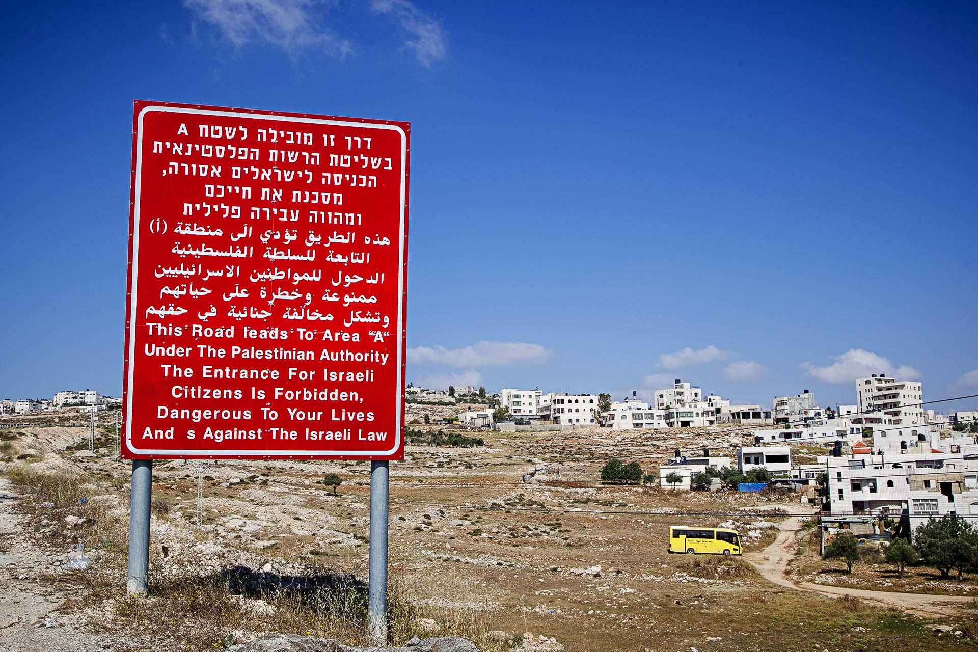"""""""Esta carretera lleva al Área A bajo control de la Autoridad Palestina. La entrada para ciudadanos israelís está prohibida, es peligrosa para su vida y está en contra de la ley israelí""""."""