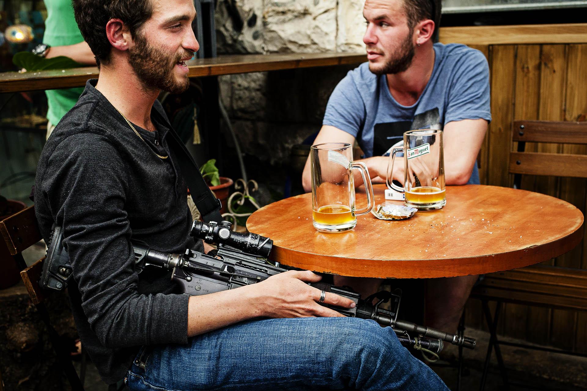 27-La militarización de la sociedad israelí es algo muy llamativo para los visitantes. Mercado de Yafo.