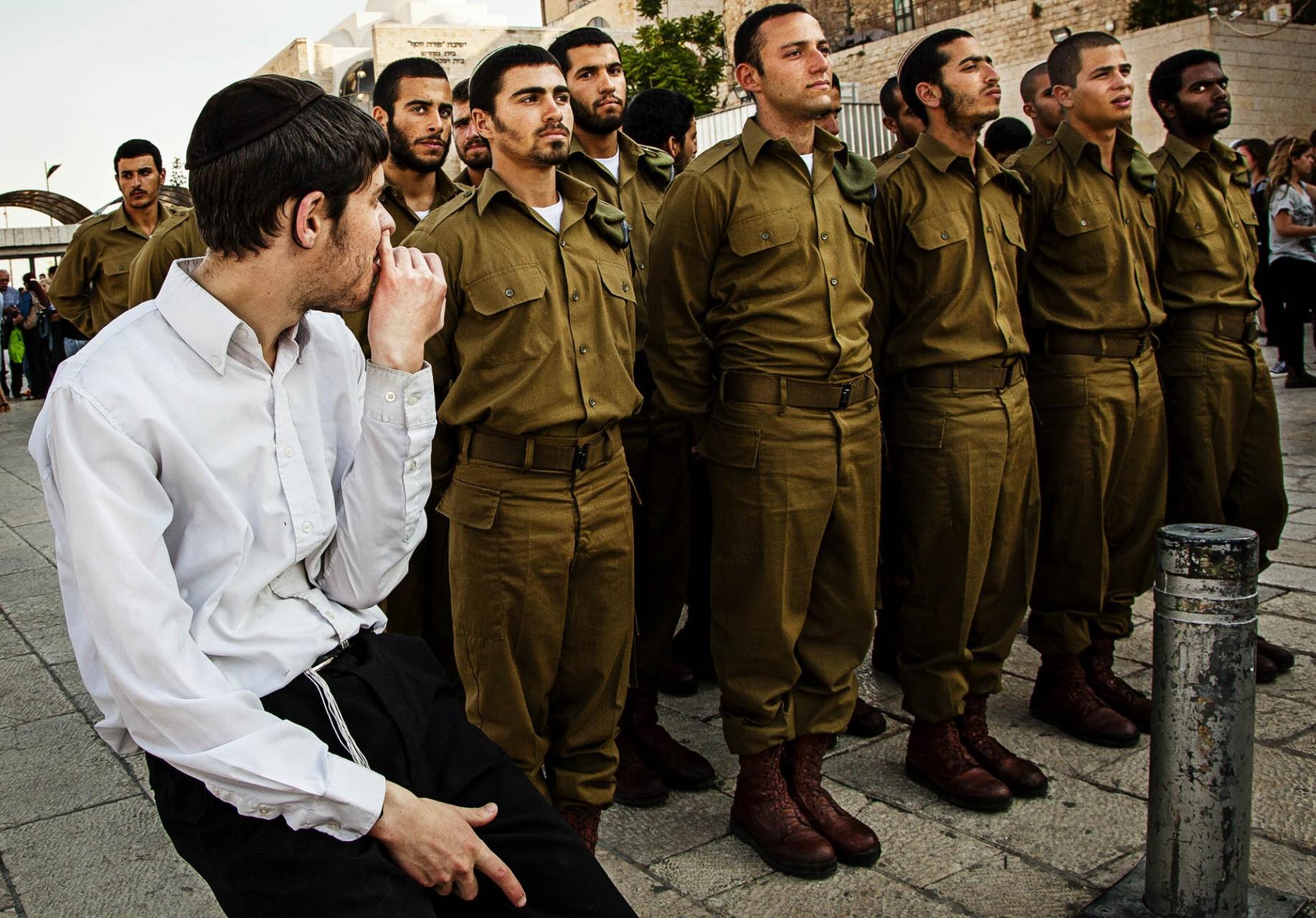 El servicio militar es obligatorio para todos los hombres israelís al menos durante 3 años.