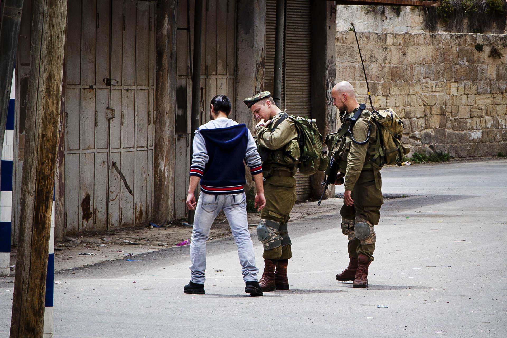 Los controles son algo habitual para cualquier palestino en muchas zonas de Cisjordania. Un modo mas de hacer la vida imposible a los ciudadanos con el objetivo de que abandonen sus casas.
