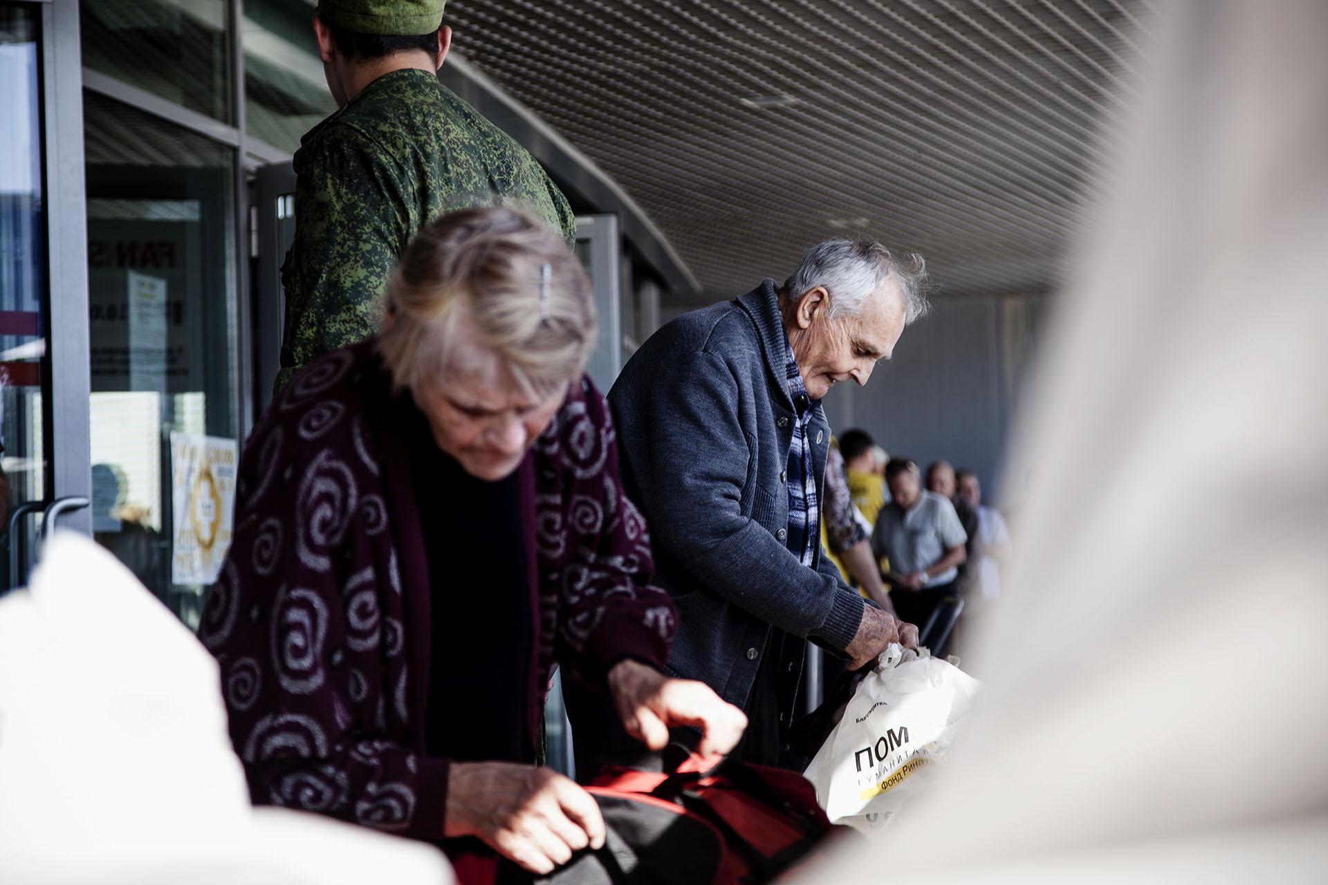 La población civil sin embargo ve como su situación se agrava día tras día. Ancianos recogiendo ayuda humanitaria en el estadio del Shaktar Donetsk.