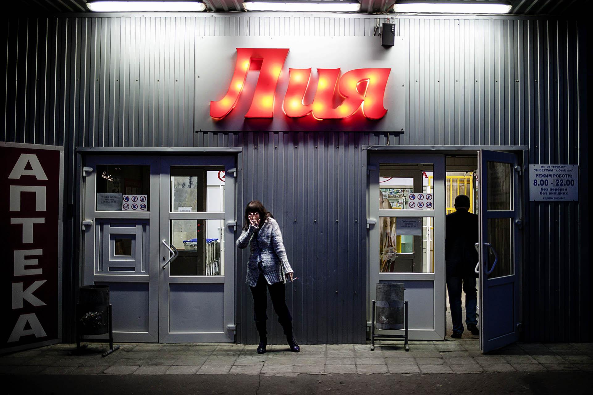 Las tiendas y supermercados están bien abastecidas, aunque no muchos se pueden permitir pagar los precios actuales / (Donetsk).