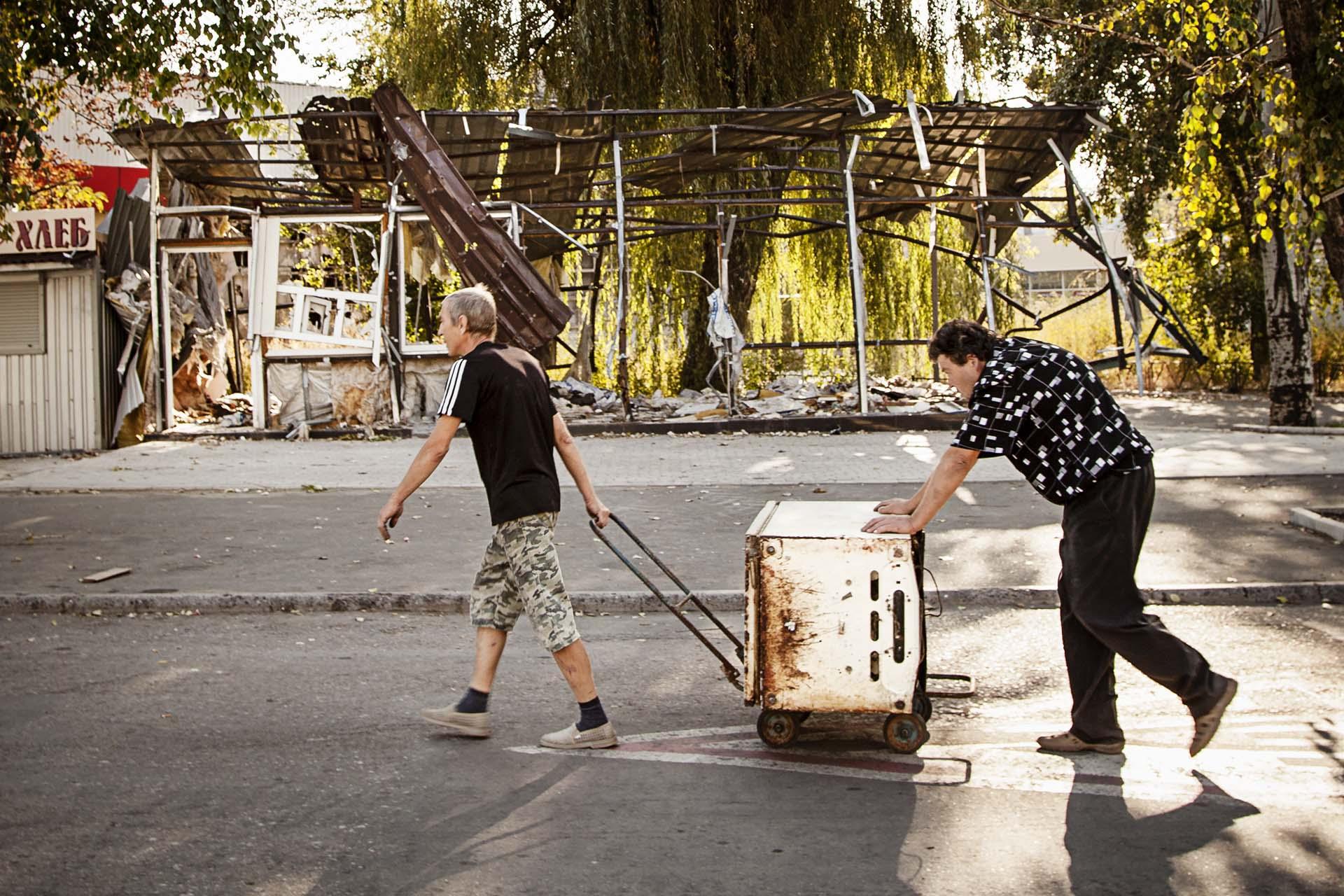Las labores de reconstrucción de barrios destrozados por los conflictos, como el de Oktobersky, son lentos y sin practicamente ayudas / (Donetsk).