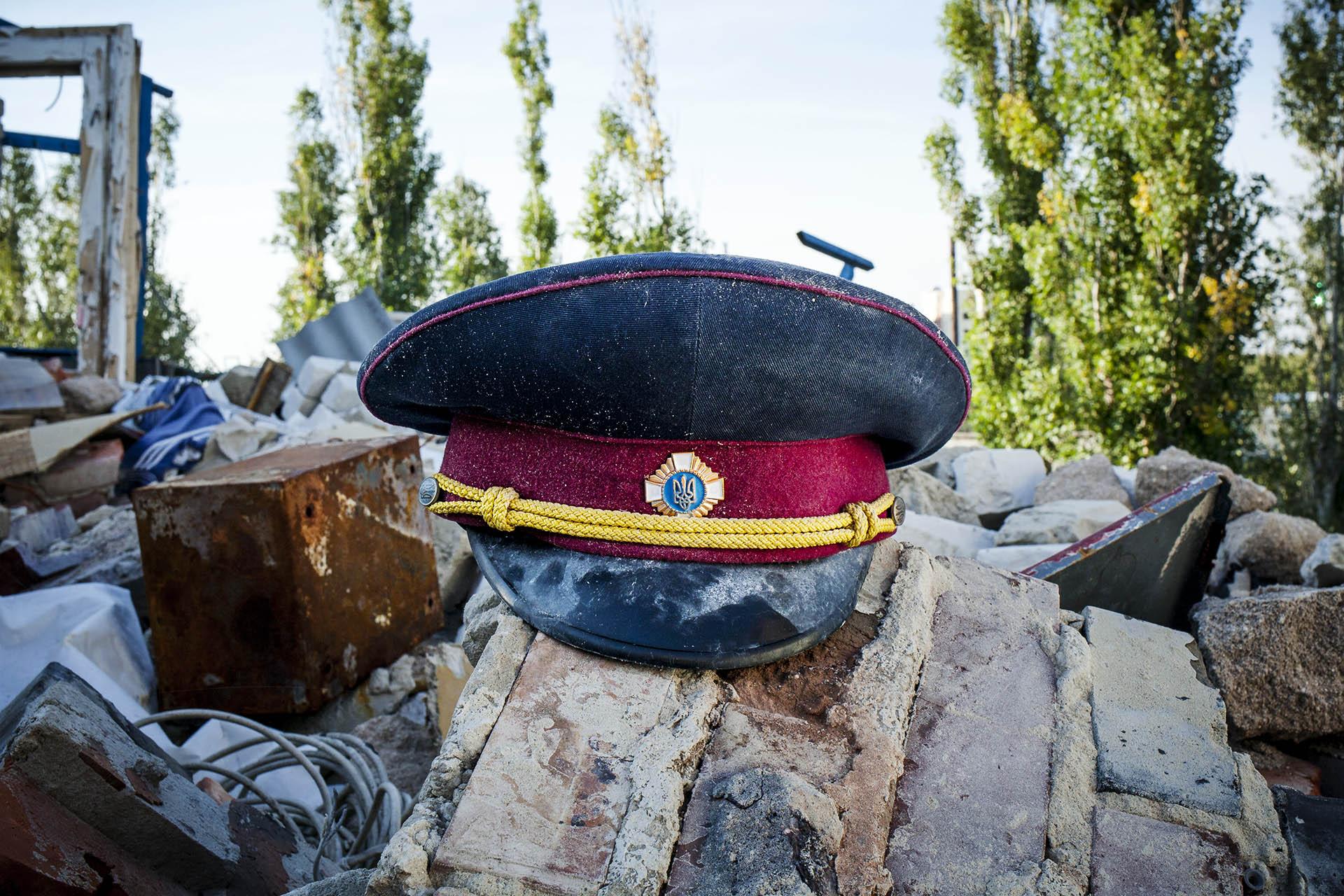 Sombrero del ejército ucraniano entre los escombros de un apartamento alcanzado por artillería ucraniana / (Donestk).