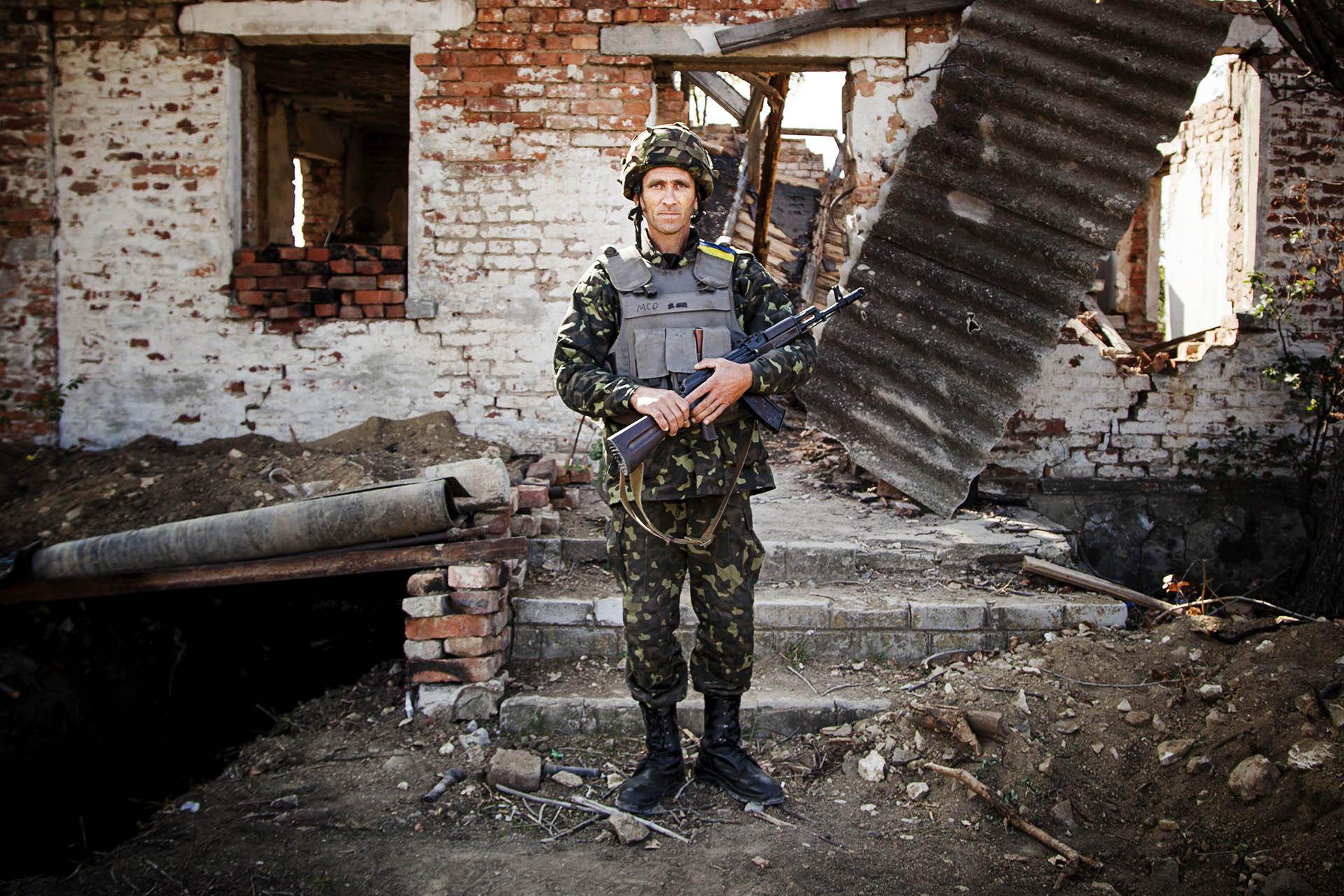 Soldado ucraniano posando ante su puesto de control en el frente cerca de Artemovsk / (región de Donetsk).