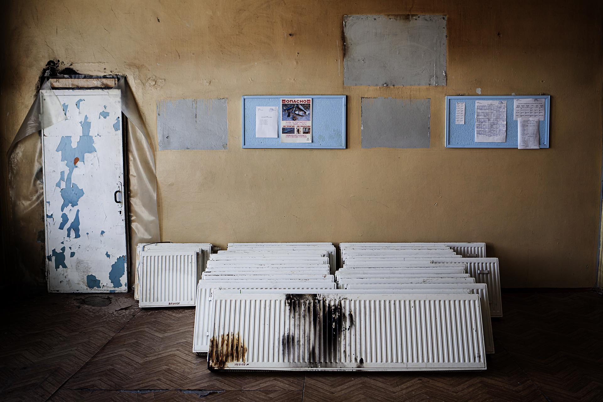 Colegio en rehabilitación tras ser gravemente dañado por artillería durante el conflicto / (región de Donetsk).
