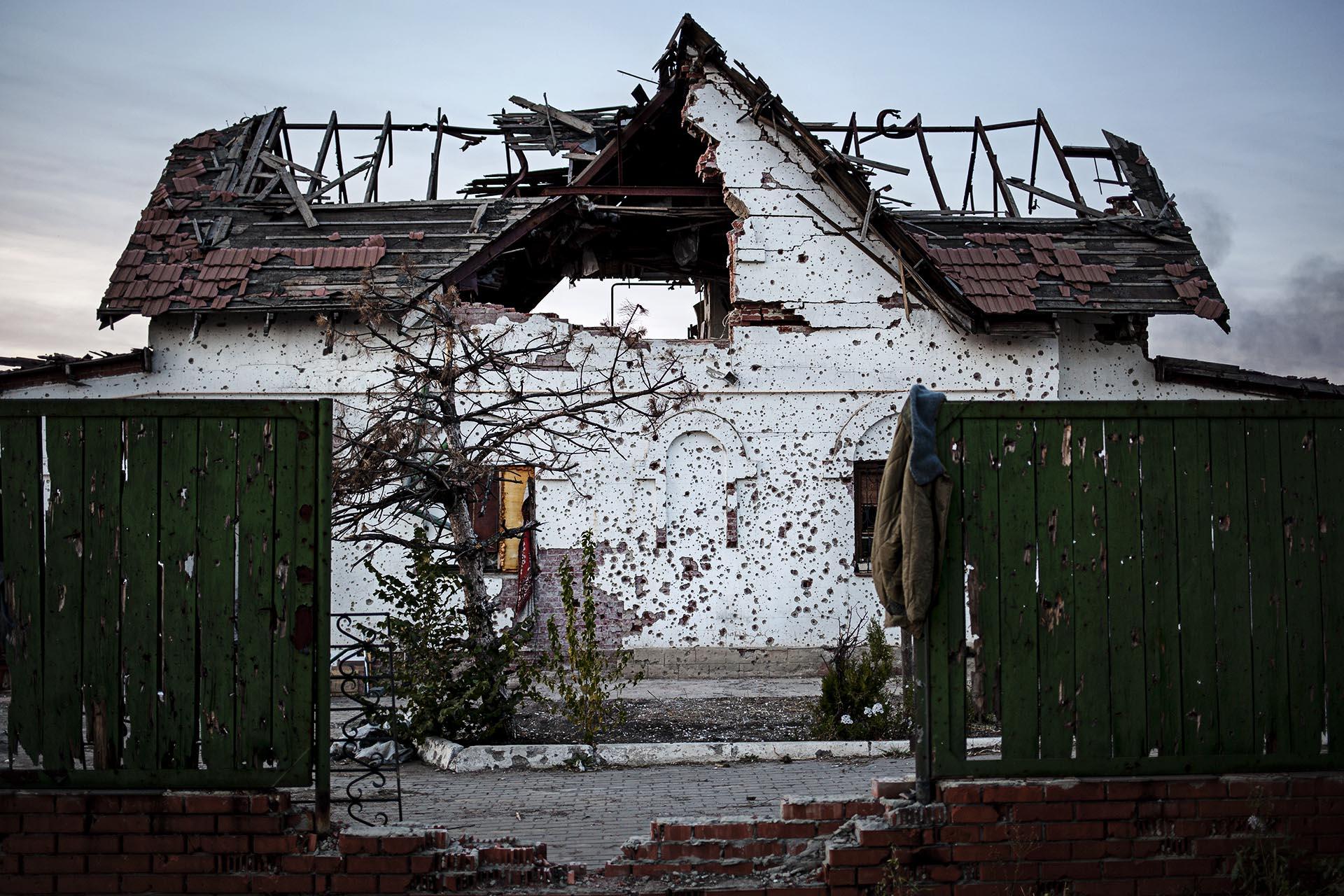 Muchas casas han quedado completamente destrozadas. / (Donetsk).