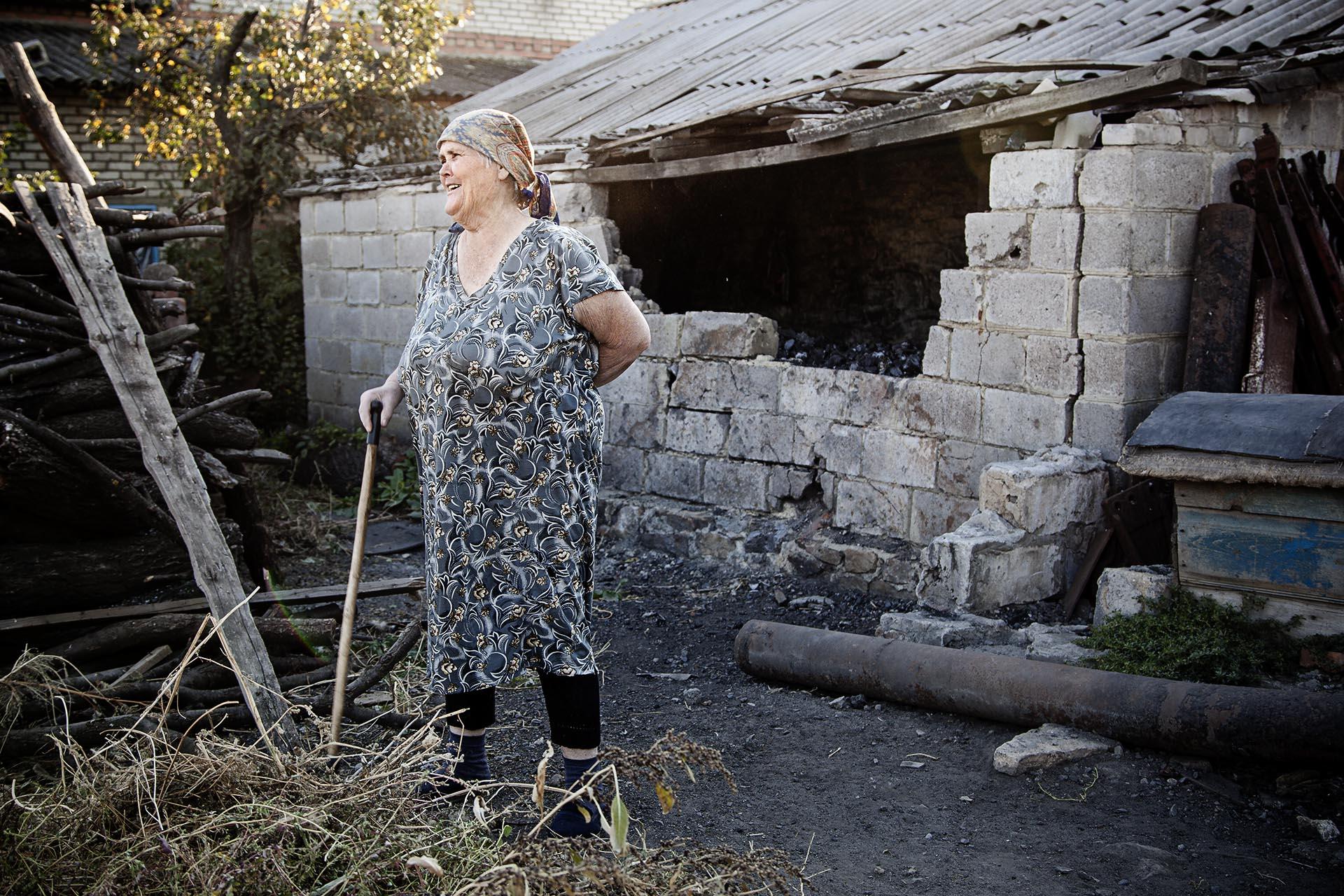 Una mujer ante los destrozos causados en su casa por la artillería ucraniana / (región de Donetsk).