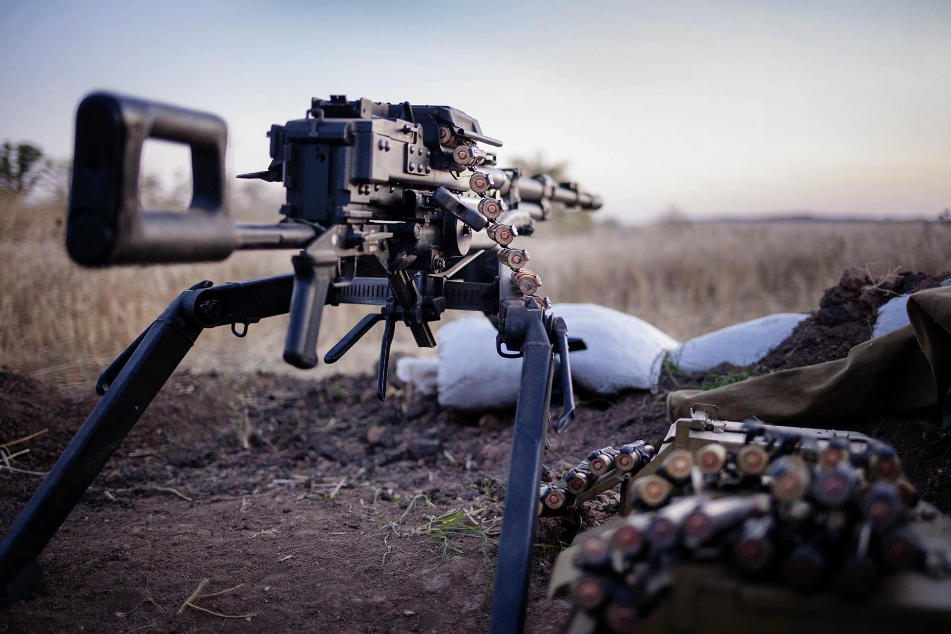 Las armas se mantienen calladas, pero siempre preparadas / (Dokuchaevsk).