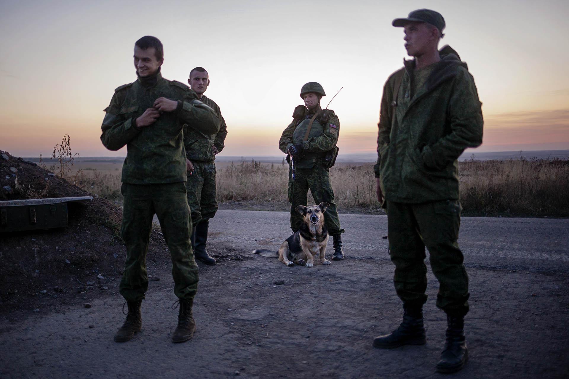 Soldados de la RPD cerca del frente en Artemovsk / (región de Donetsk).