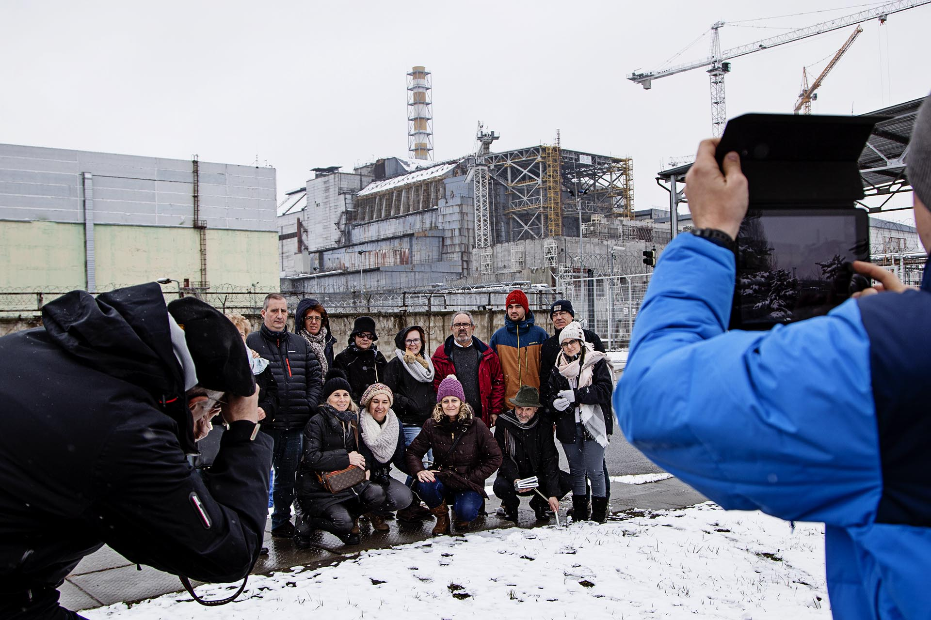 Un grupo de turistas catalanes posando ante el reactor 4.
