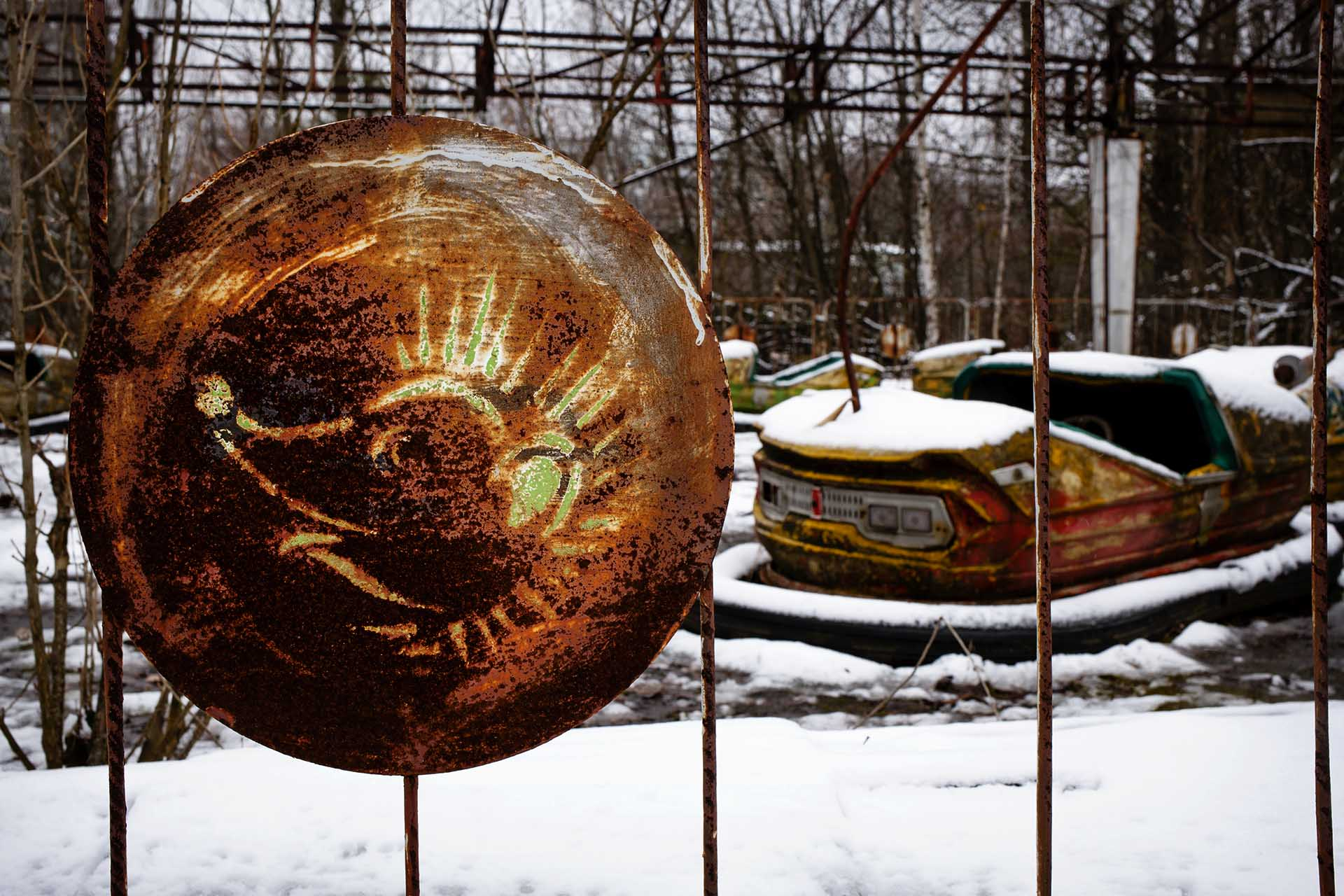 Un famoso personaje infantil soviético en los coches de choque del parque.