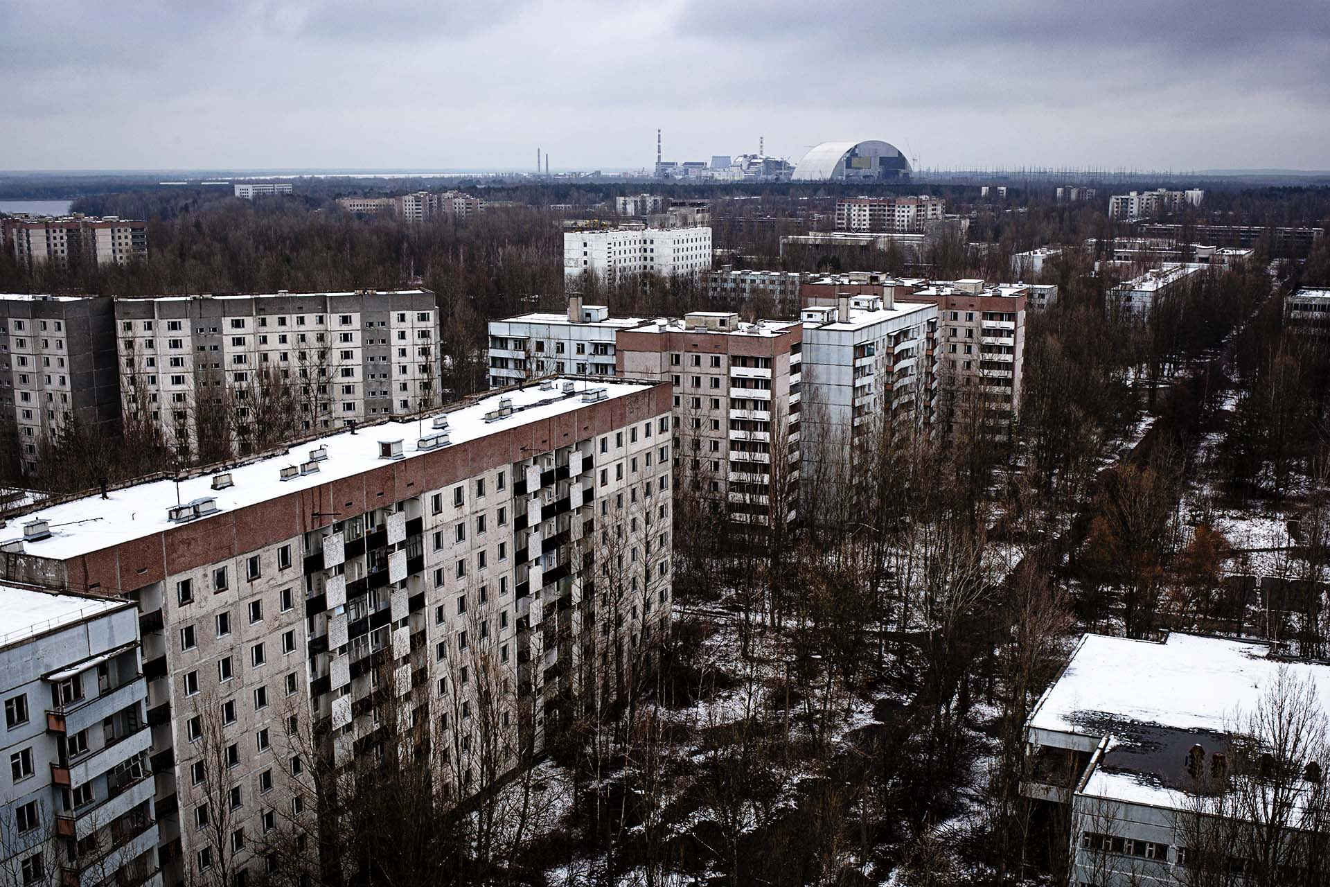 Vista del reactor 4 y el nuevo sarcófago en construcción desde un edificio de la  ciudad de Pripyat.