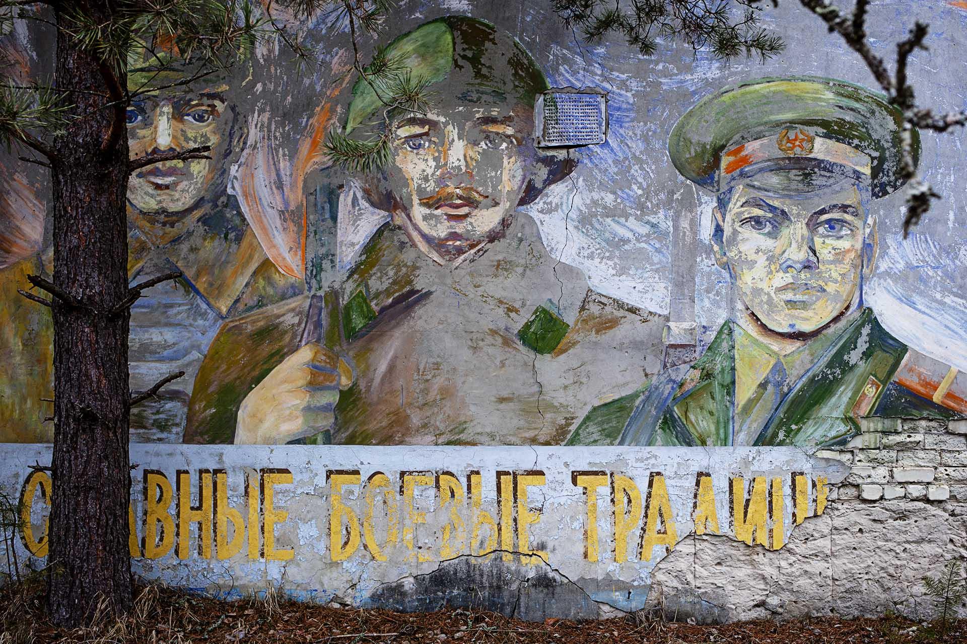 Mural militar soviético en unas instalaciones en la Zona.
