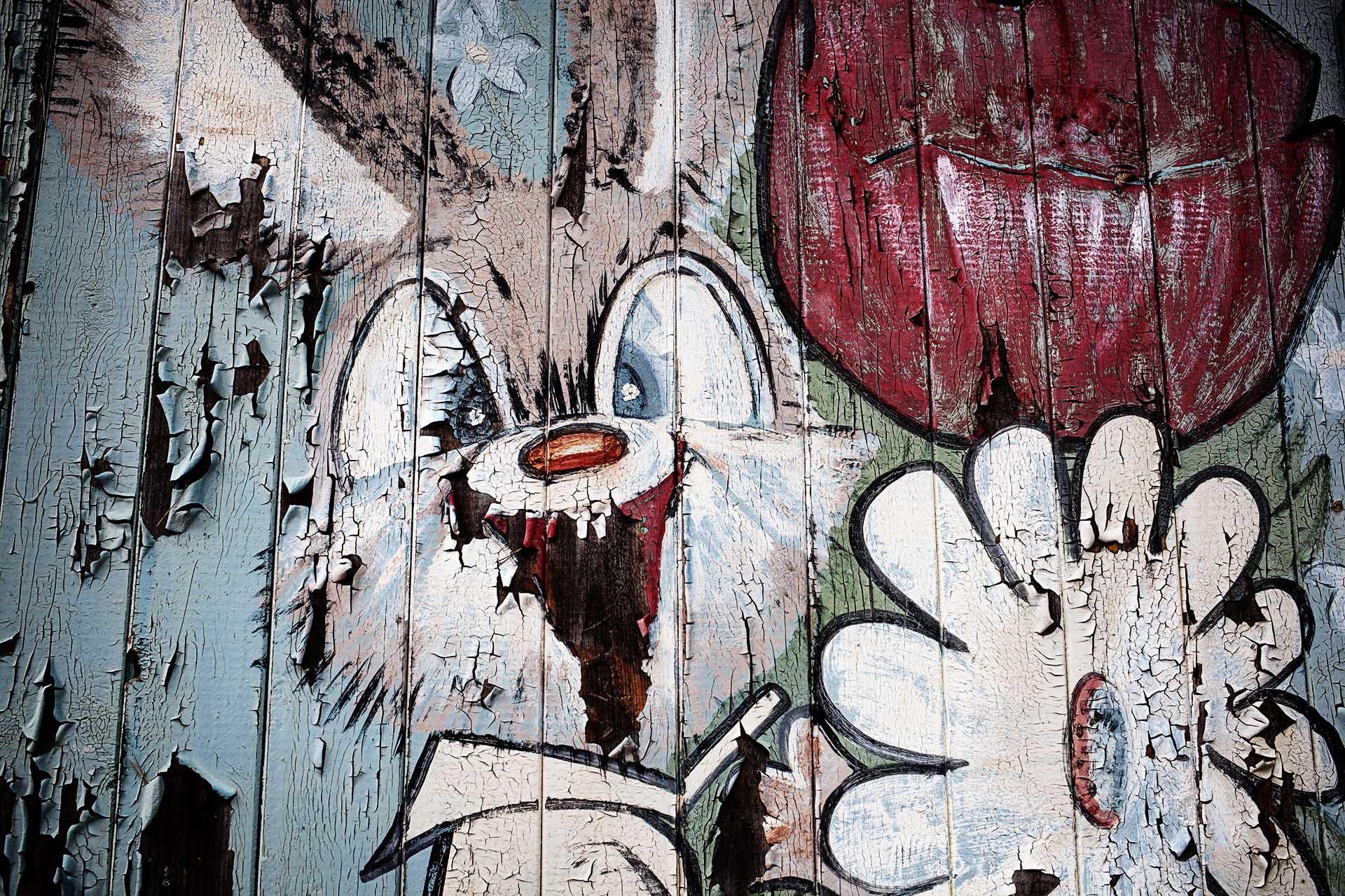 Pintura infantil de una zona de recreo abandonada.