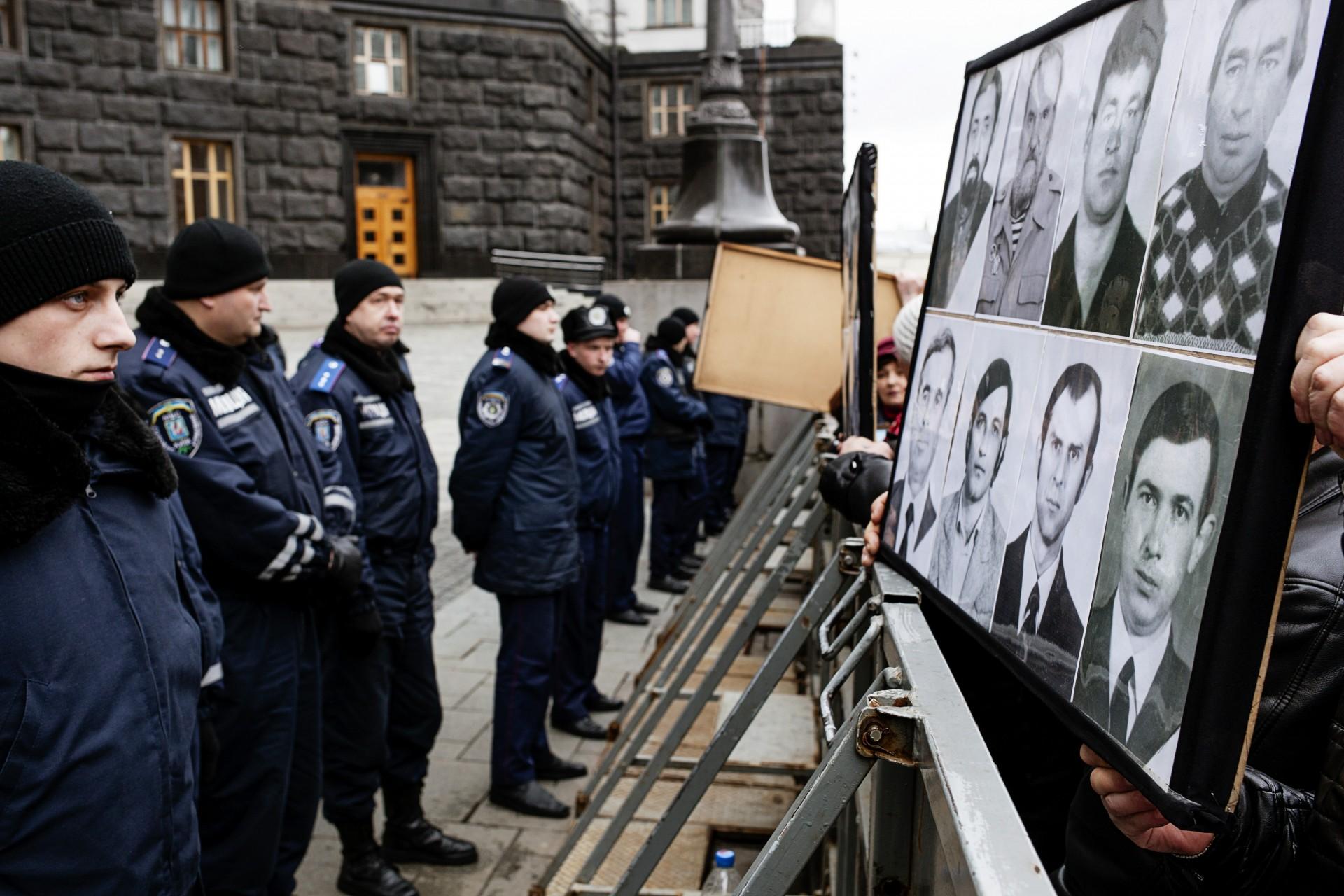 Retratos de fallecidos por el accidente, mostrados como protesta ante la sede del  gobierno ucraniano.
