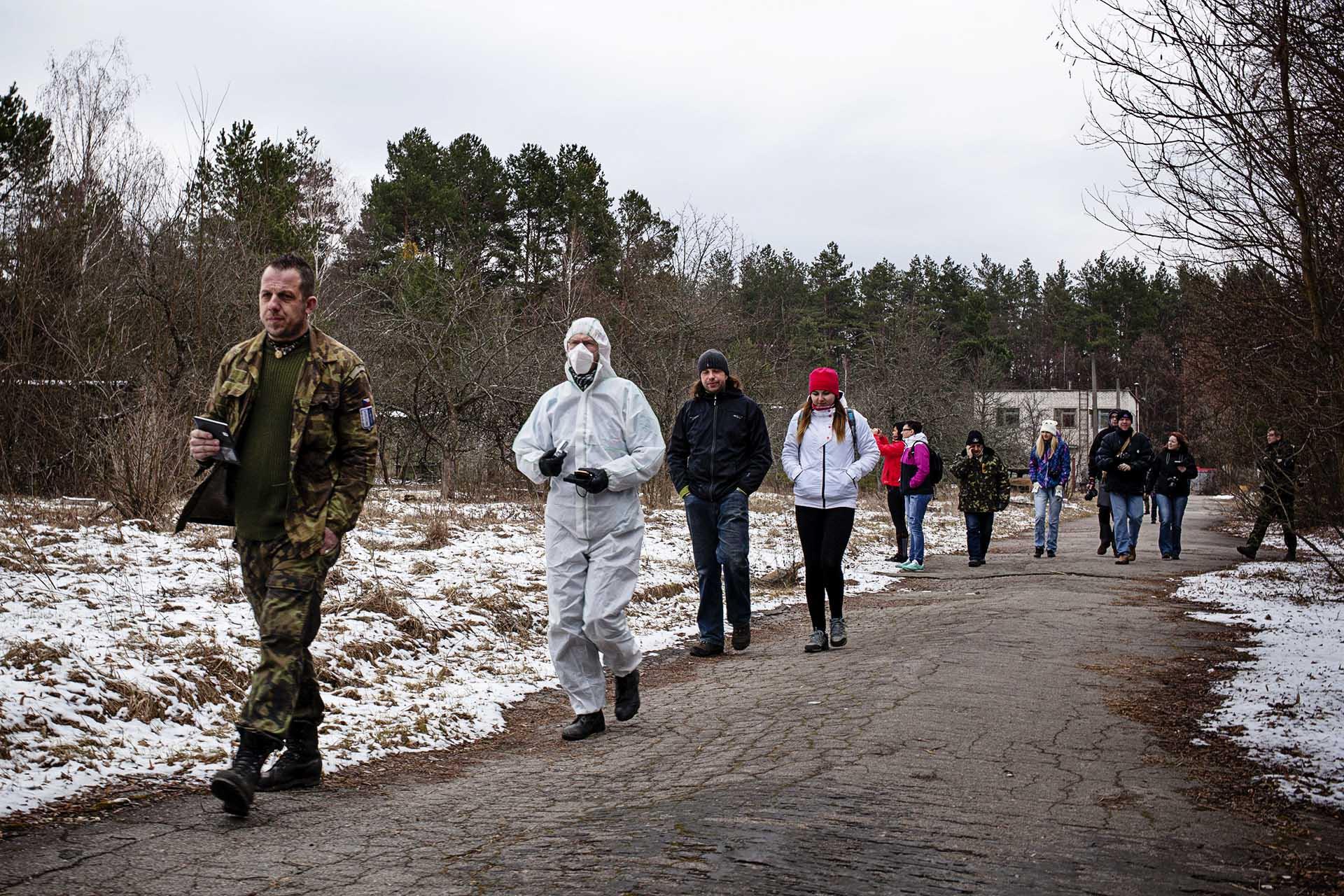 Turistas checos vestidos para la ocasión visitando el área de exclusión en un tour  organizado