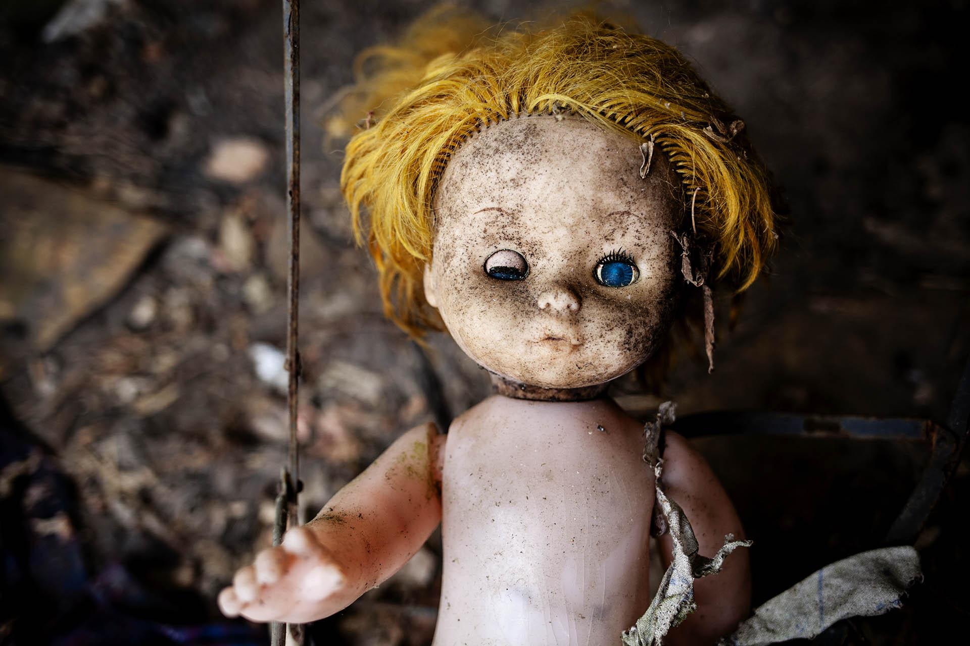 Una muñeca abandonada en una casa dentro del área de exclusión.