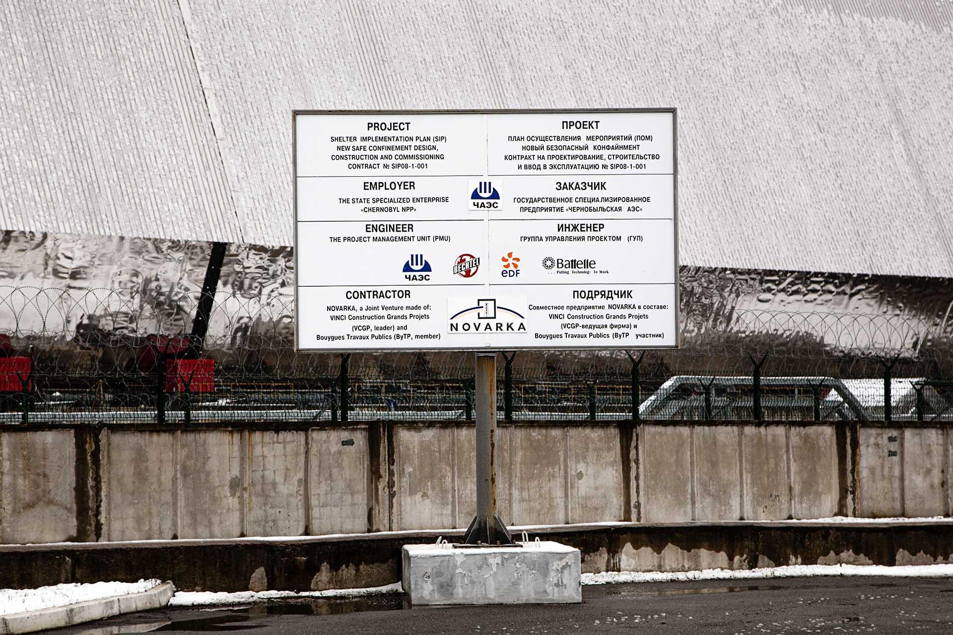 Cartel de información de la obra de construcción del nuevo sarcófago que cubrirá el reactor 4.