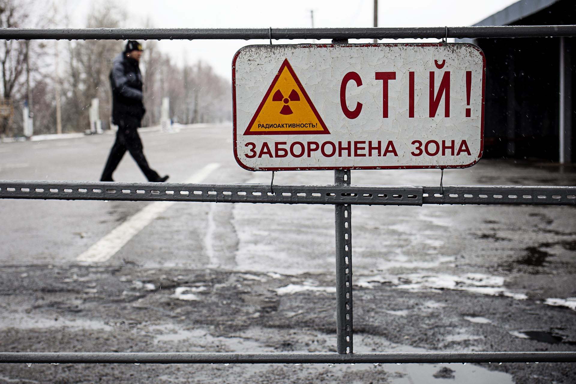 Cartel de advertencia en la entrada a la Zona de Alienación.