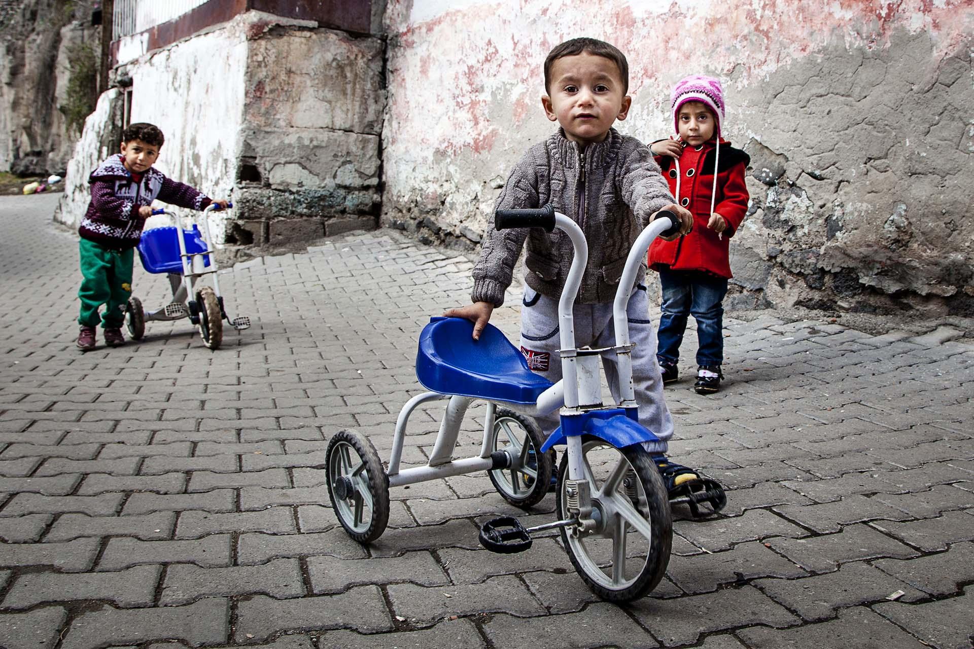 Mas de 3,5 millones de refugiados (la mayoría sirios) viven en Turquía. Tan solo el 10% en campos habilitados.