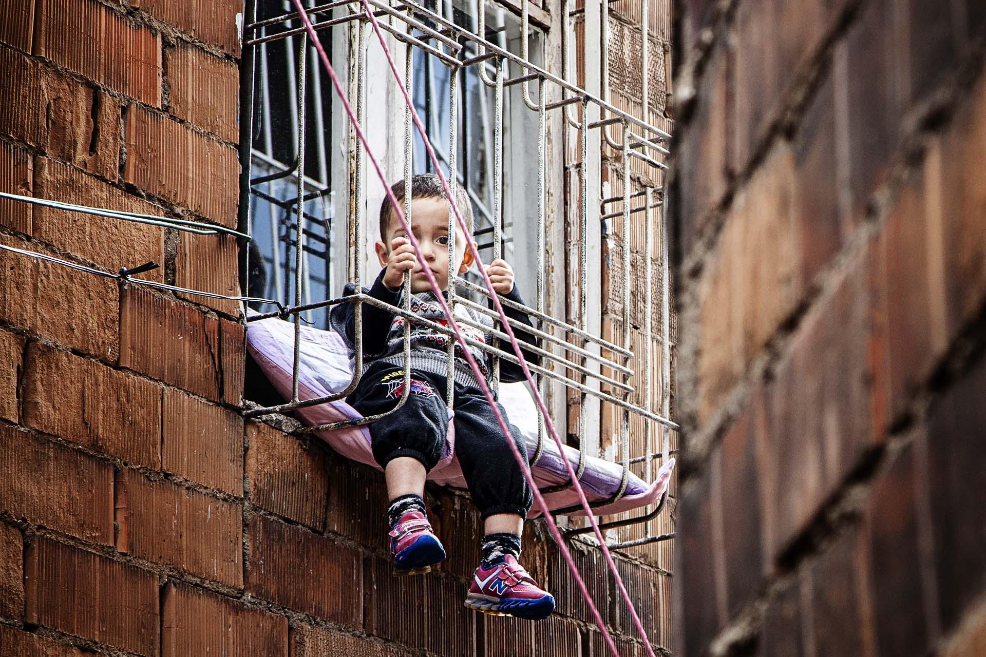 Un niño en el barrio de Sur en Diyarbakir, capital del Kurdistán turco.