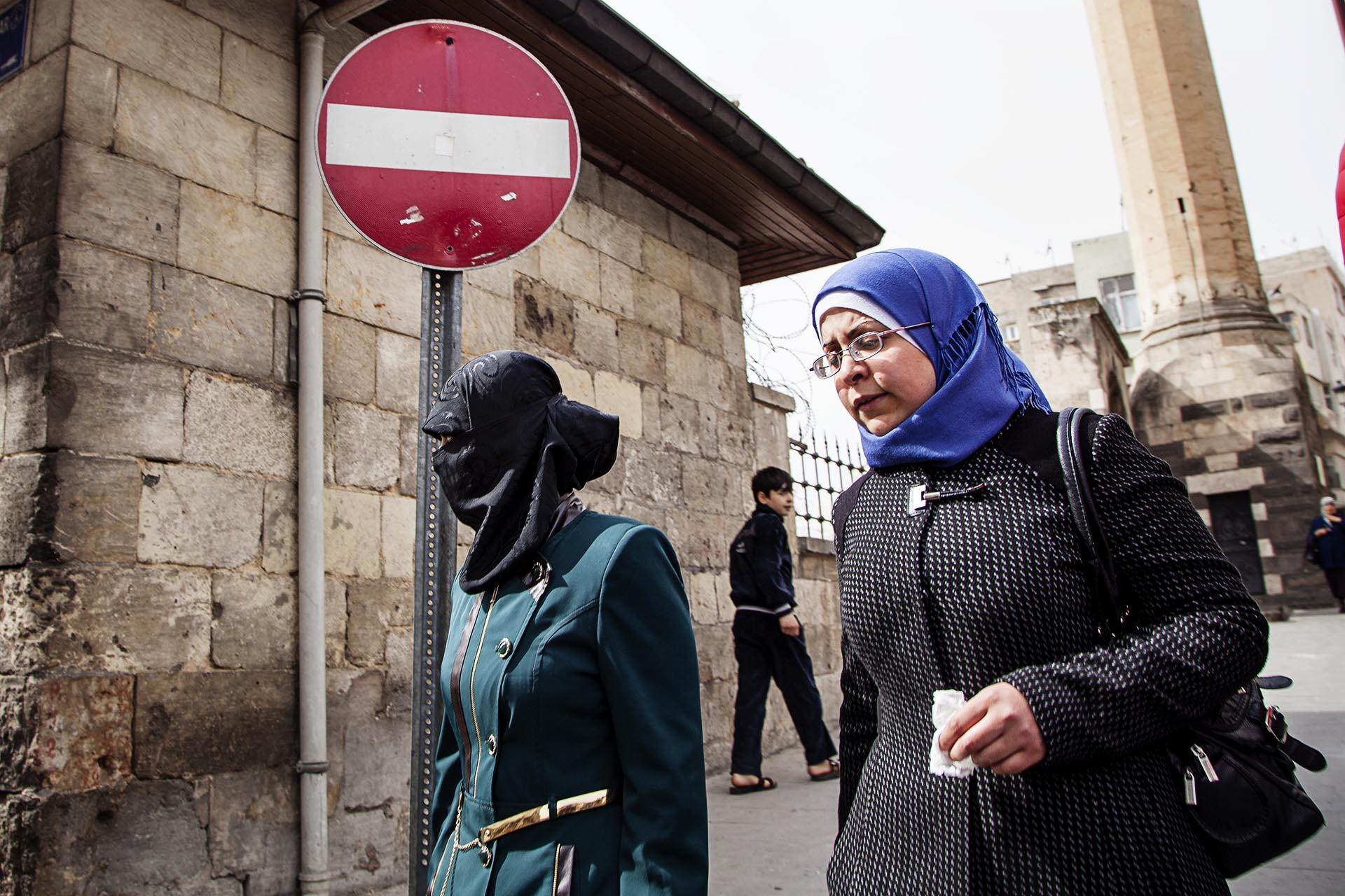 Turquía levantó la prohibición del velo islámico en las Fuerzas Armadas, otro paso hacia la islamización.