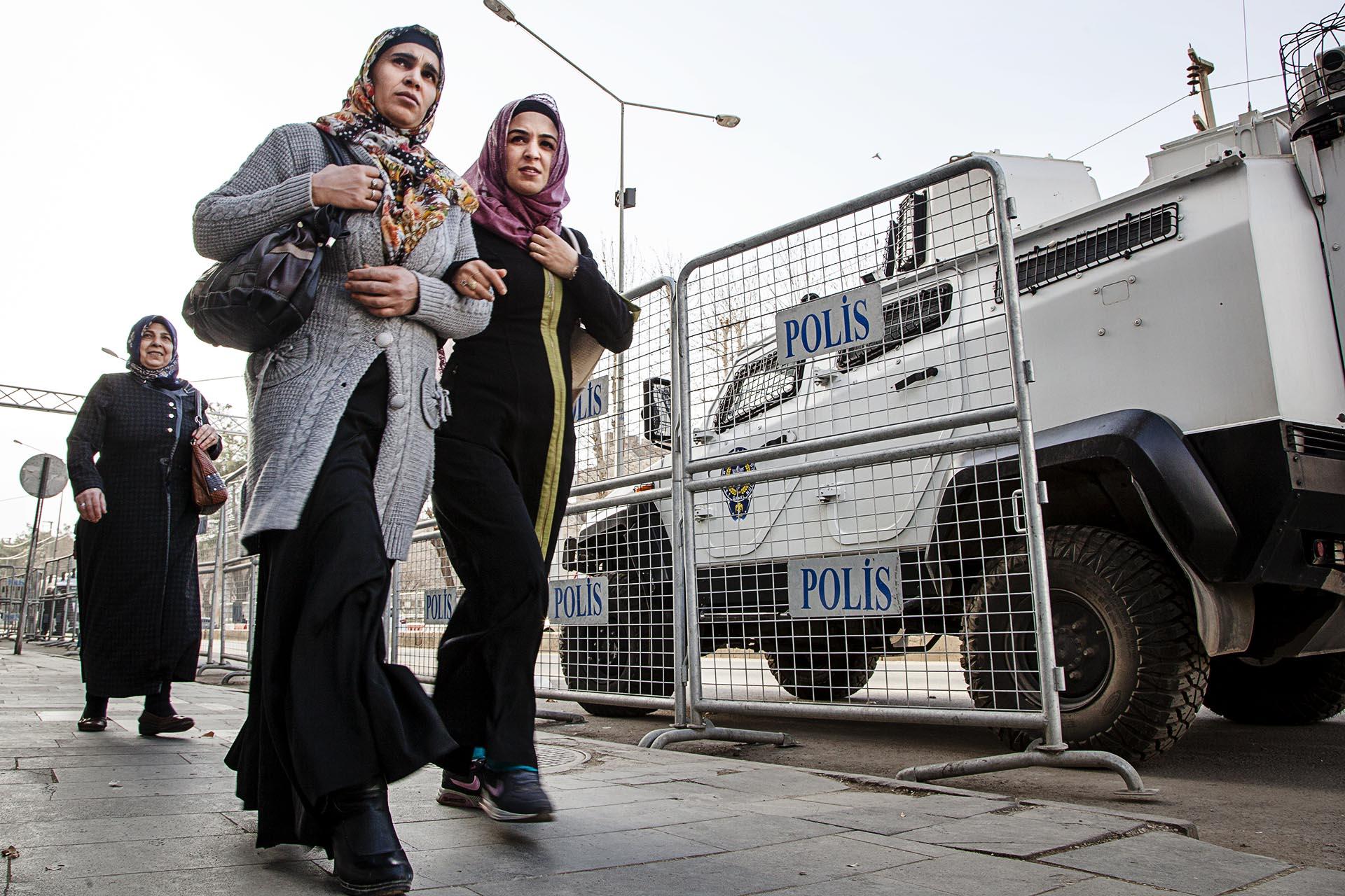 Ciudades como Diyarbakir están totalmente tomadas por las fuerzas de seguridad turcas.