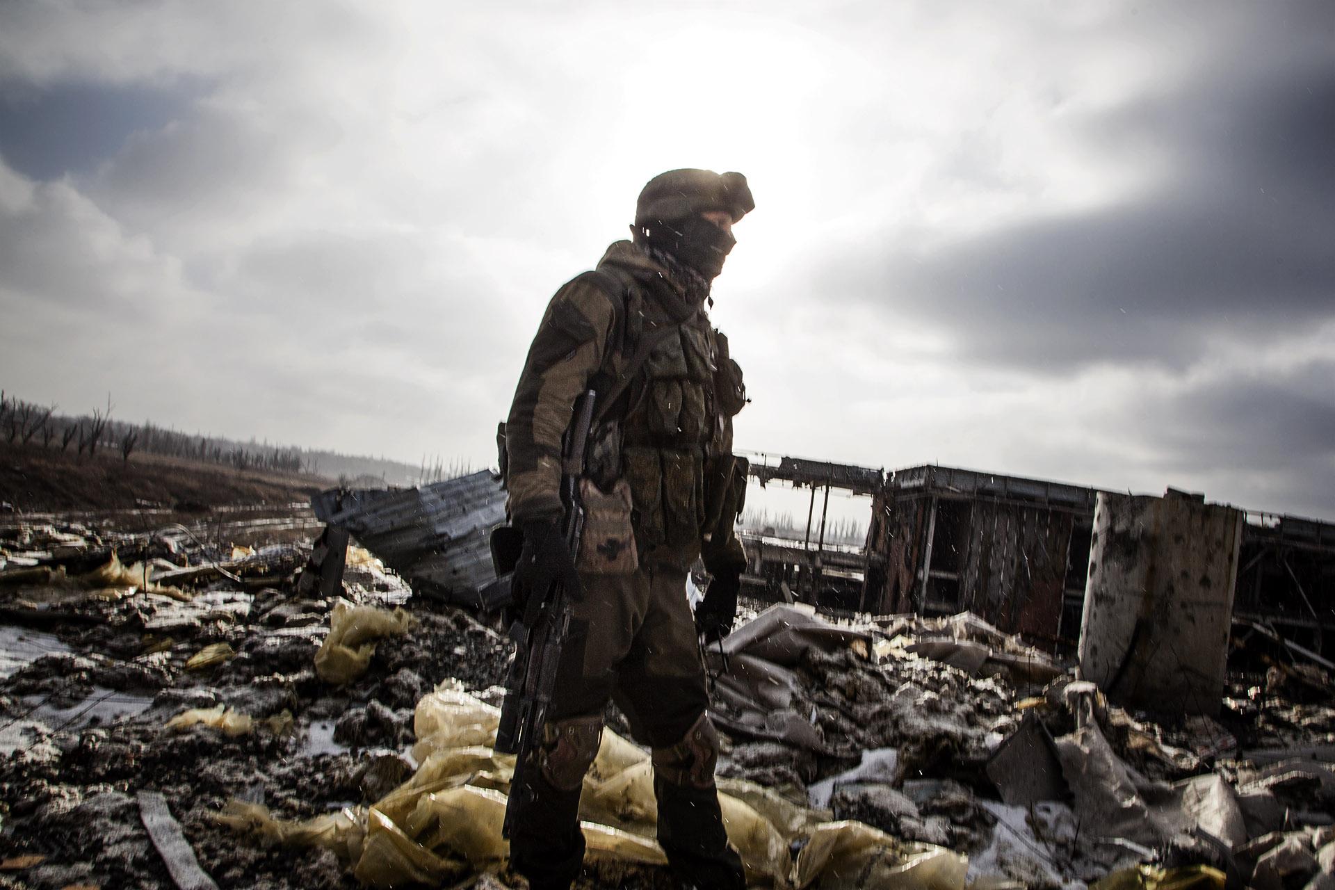Un soldado de la RPD en lo que queda del Aeropuerto Internacional de Donetsk.