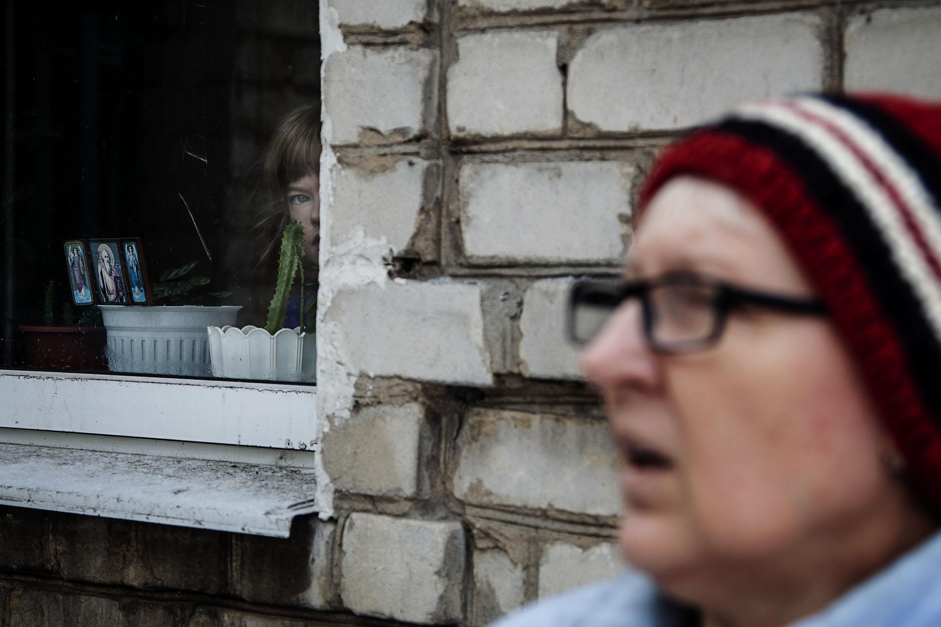 Una niña que no ha podido salir practicamente en el último año debido a que su casa está en primera línea de frente y ya ha sido alcanzada varias veces.