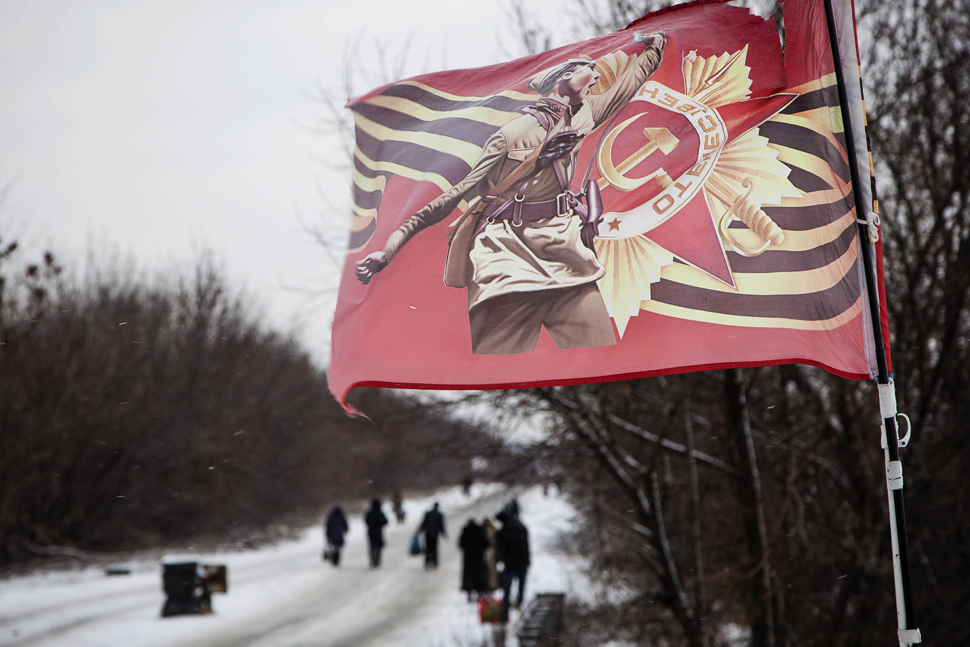Bandera comnista a la entrada del territorio bajo control rebelde.