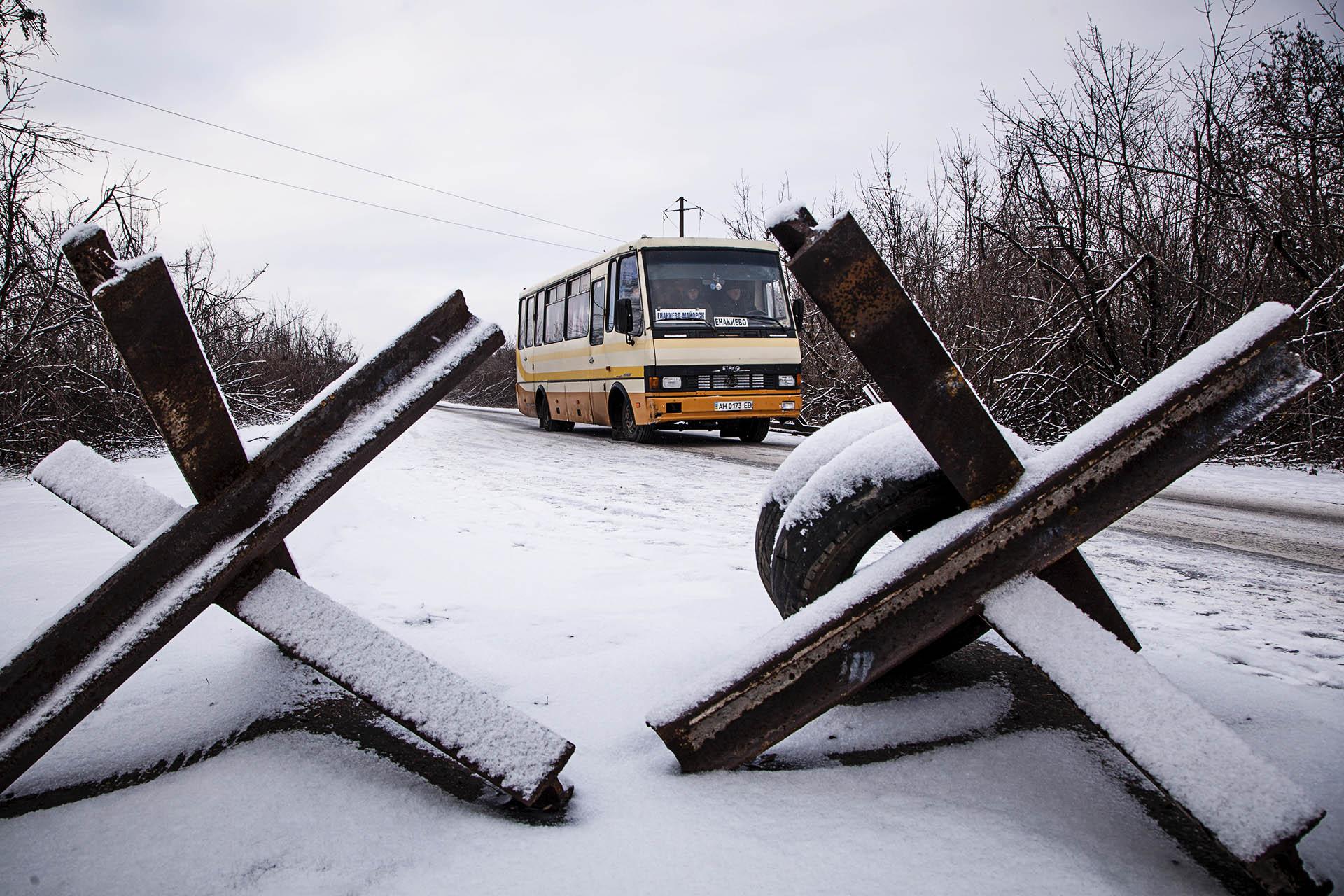 Un autobús civil llegando a la primera línea del territorio bajo control de la República Popular de Donetsk.