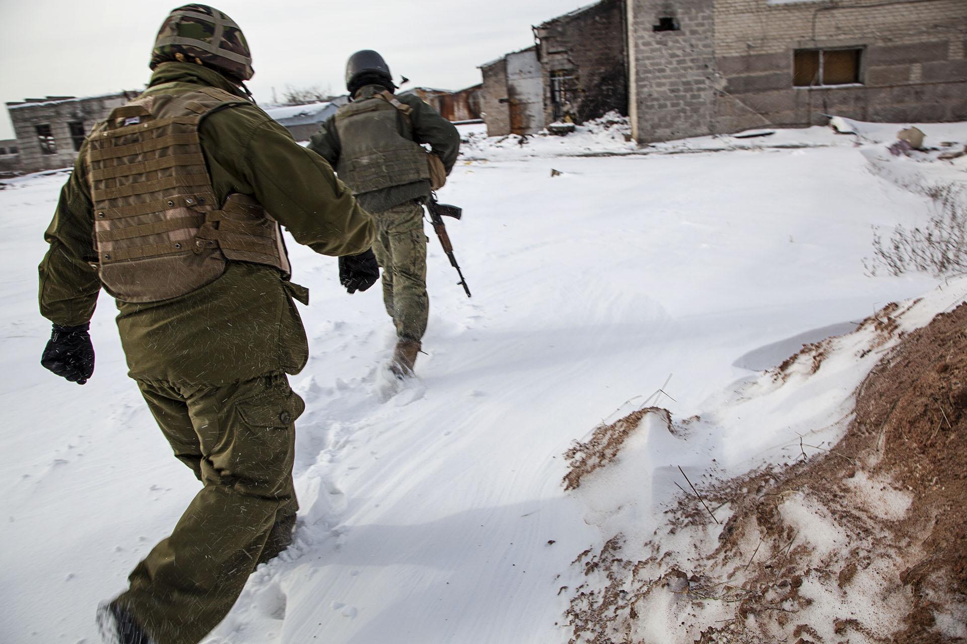 Soldados ucranianos corren para evitar a los francotiradores de la RPD en la línea de frente.