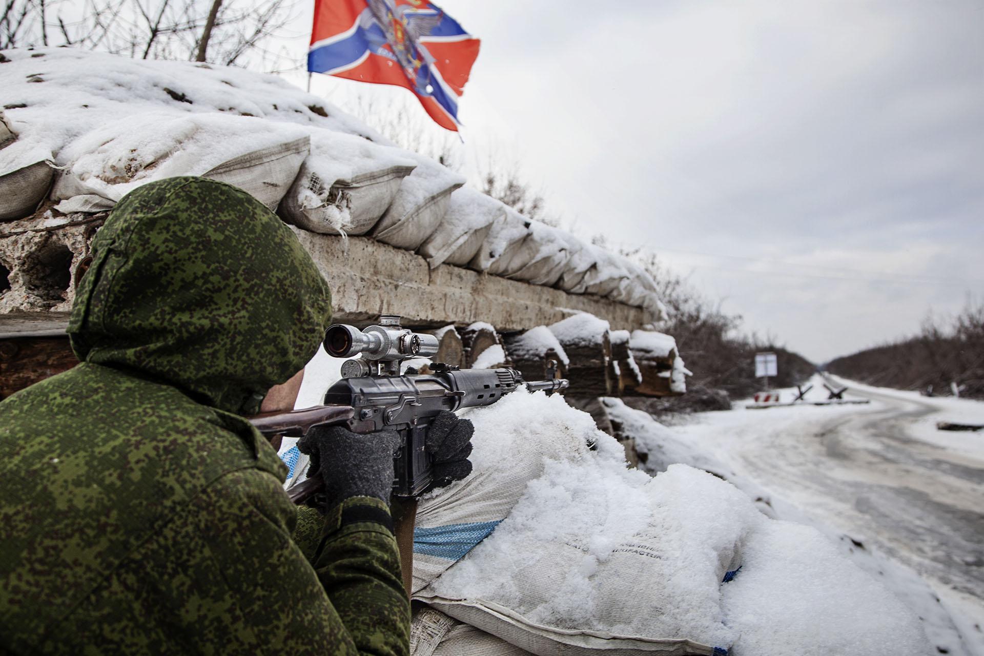 Un francotirador de la RPD vigila el corredor humanitario que separa Ucrania del territorio rebelde.