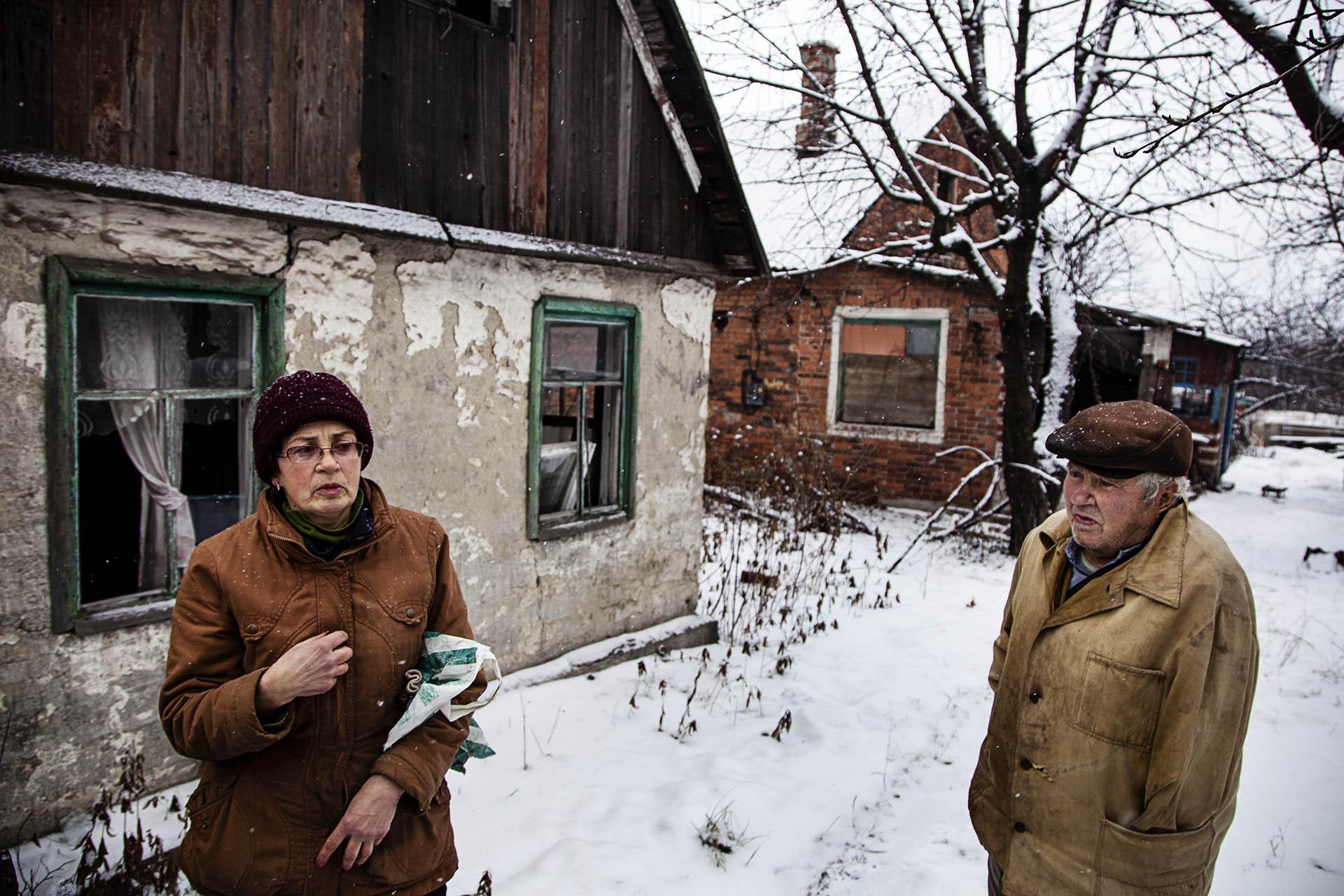 Dos civiles que continúan viviendo en su casa en la línea de frente que separa a los dos ejércitos, a pesar del peligro. No tienen a donde escapar.